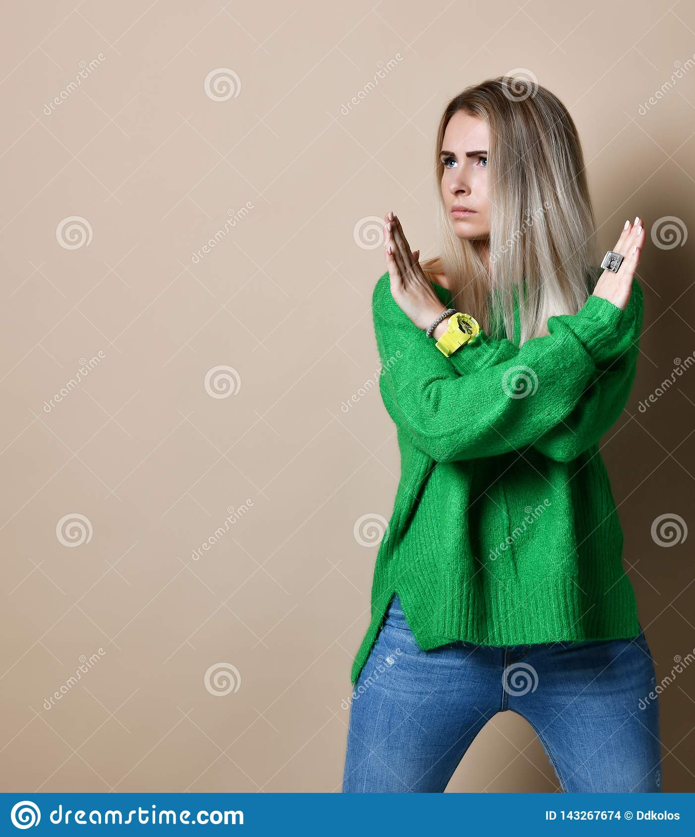 O retrato da mulher loura séria, infeliz, segura que guarda dois braços cruzou-se, não gesticulando nenhum sinal, olhando afastad