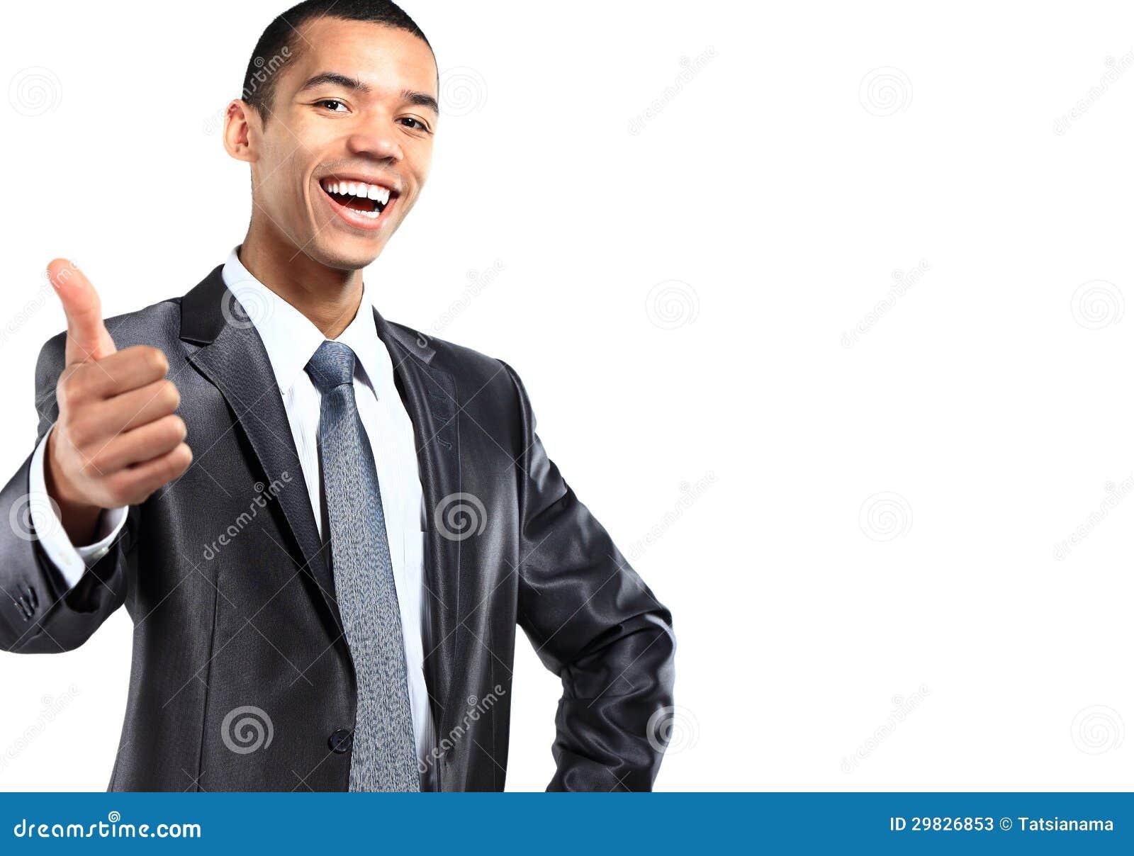 O retrato de gesticular americano africano de sorriso do homem de negócio os polegares levanta o sinal