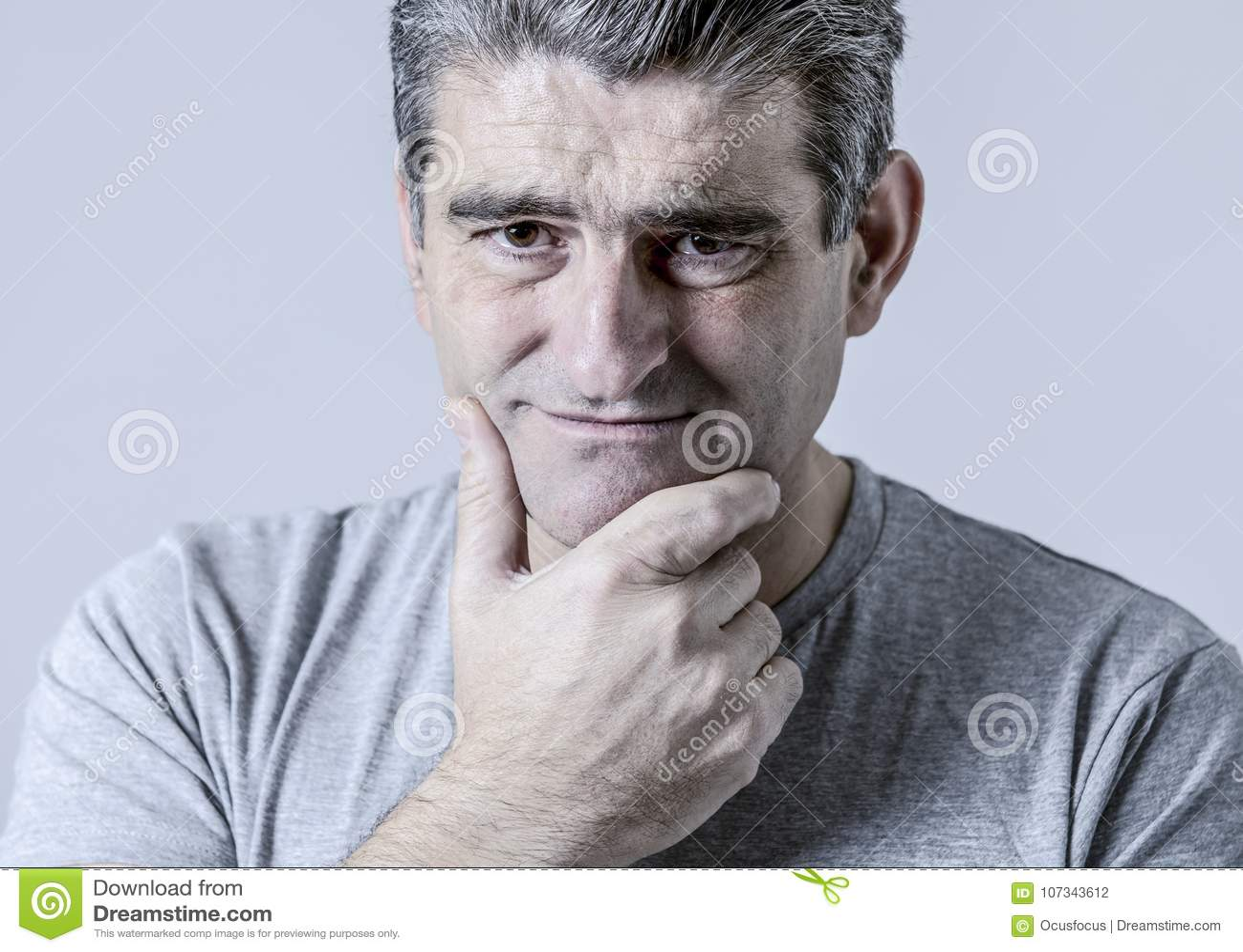 O retrato de 40s à vista triste e preocupada de 50s do homem frustrou