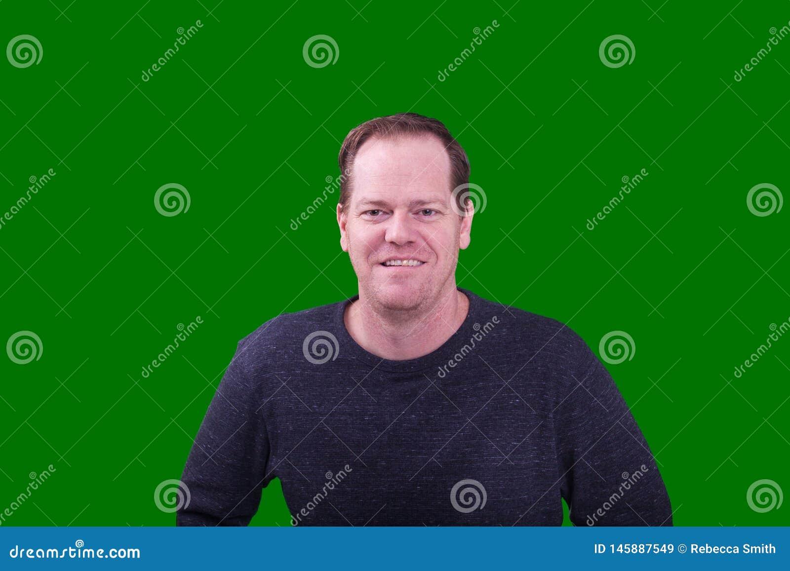 O retrato do meio de cabelo vermelho envelheceu o homem que sorri no fundo de tela verde
