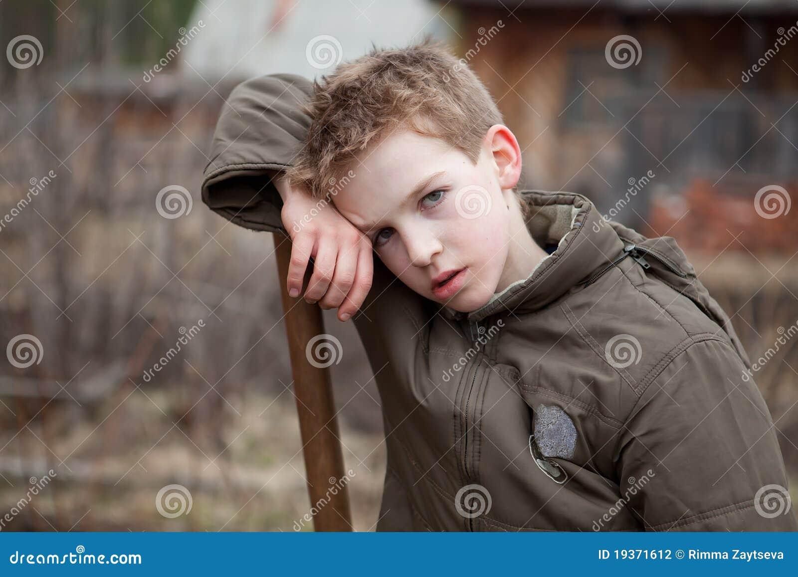 O retrato do menino cansou-se após o trabalho
