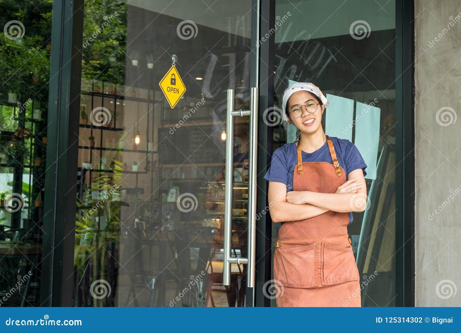 O retrato dos braços eretos da empregada de mesa consideravelmente nova cruzou-se no café