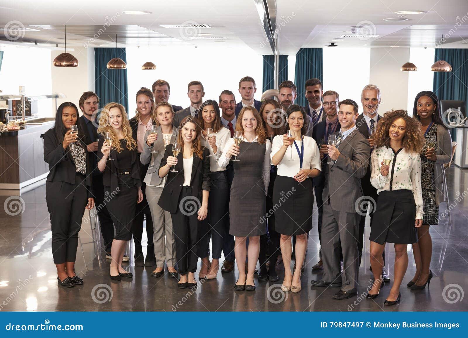 O retrato dos delegados na conferência bebe a recepção