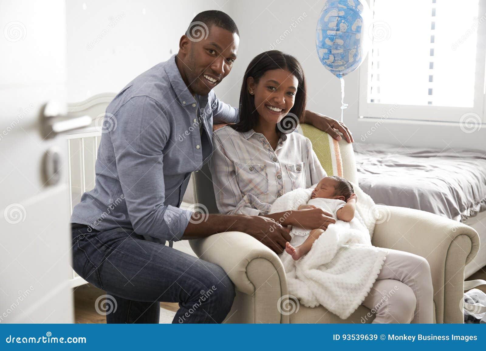 O retrato dos pais dirige do hospital com bebê recém-nascido
