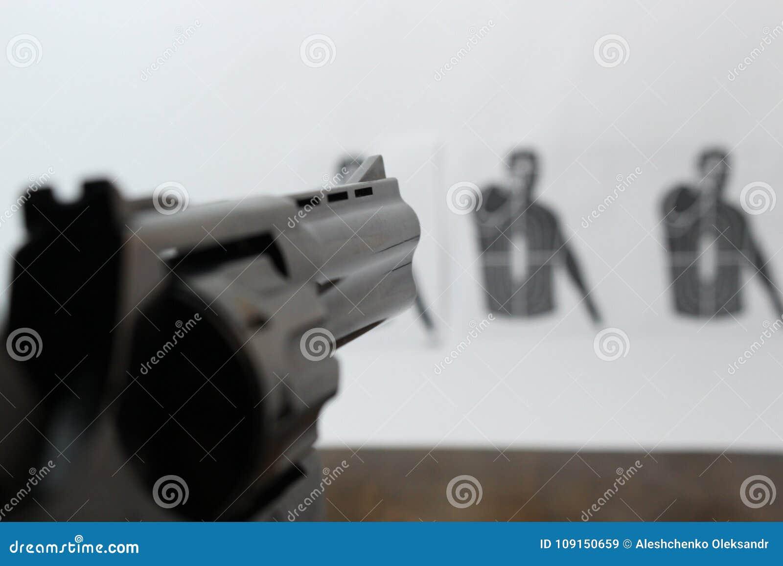 O revólver é visado o alvo do tiro