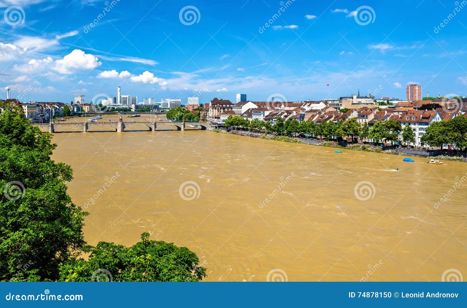O Rhine River em Basileia, Suíça