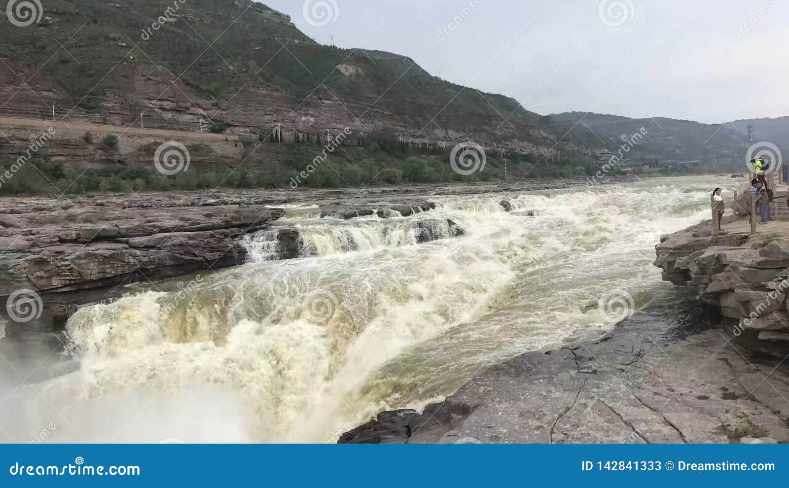 O Rio Amarelo, cachoeira de Hukou, o rio grande, as ondas brancas, as ondas