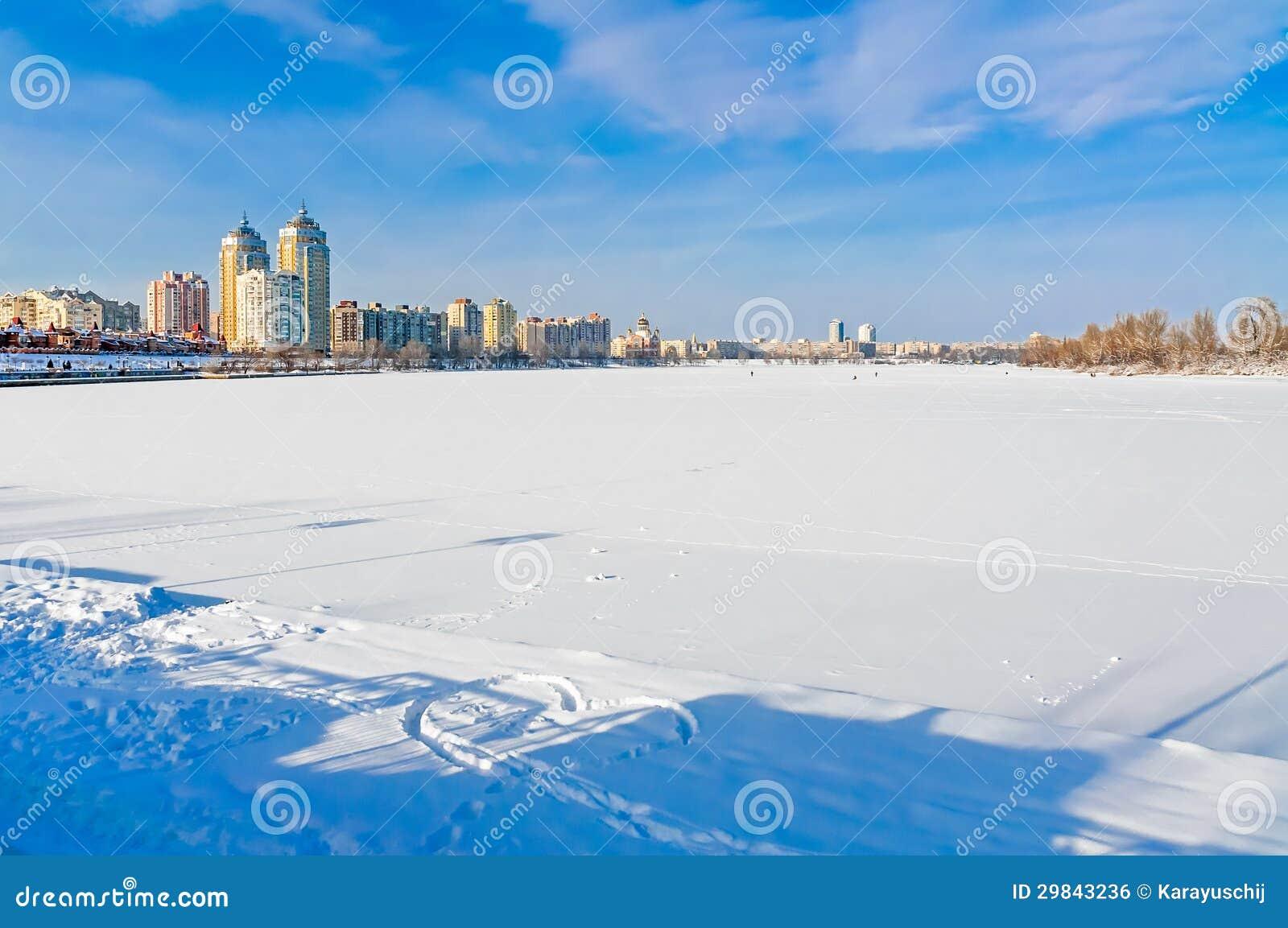 Rio coberto pelo gelo e pela neve