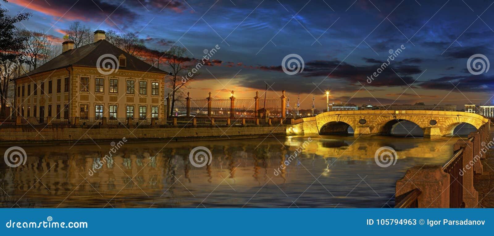 O rio de Fontanka e o palácio de verão de Peter o grande em S