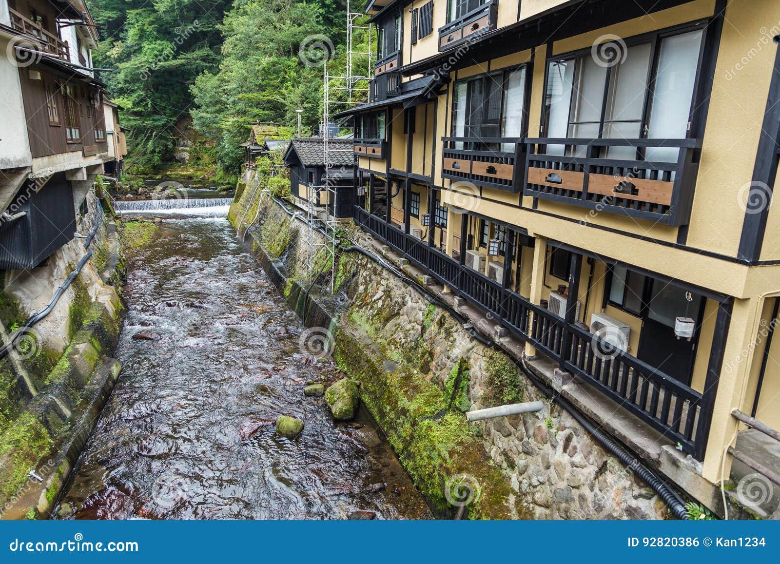 O rio em Kurokawa onsen a cidade em Aso, Kyushu