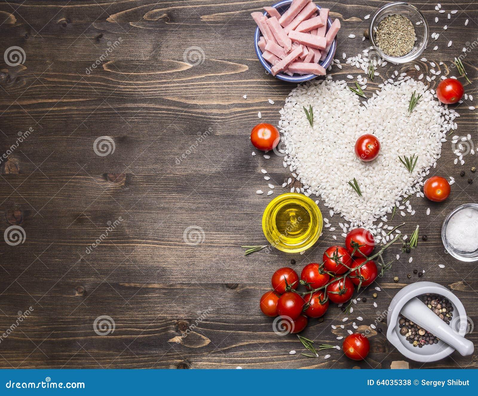 O risoto saudável dos alimentos, do cozimento e do conceito com presunto, óleo, tomates de cereja, arroz telhou o coração, beira