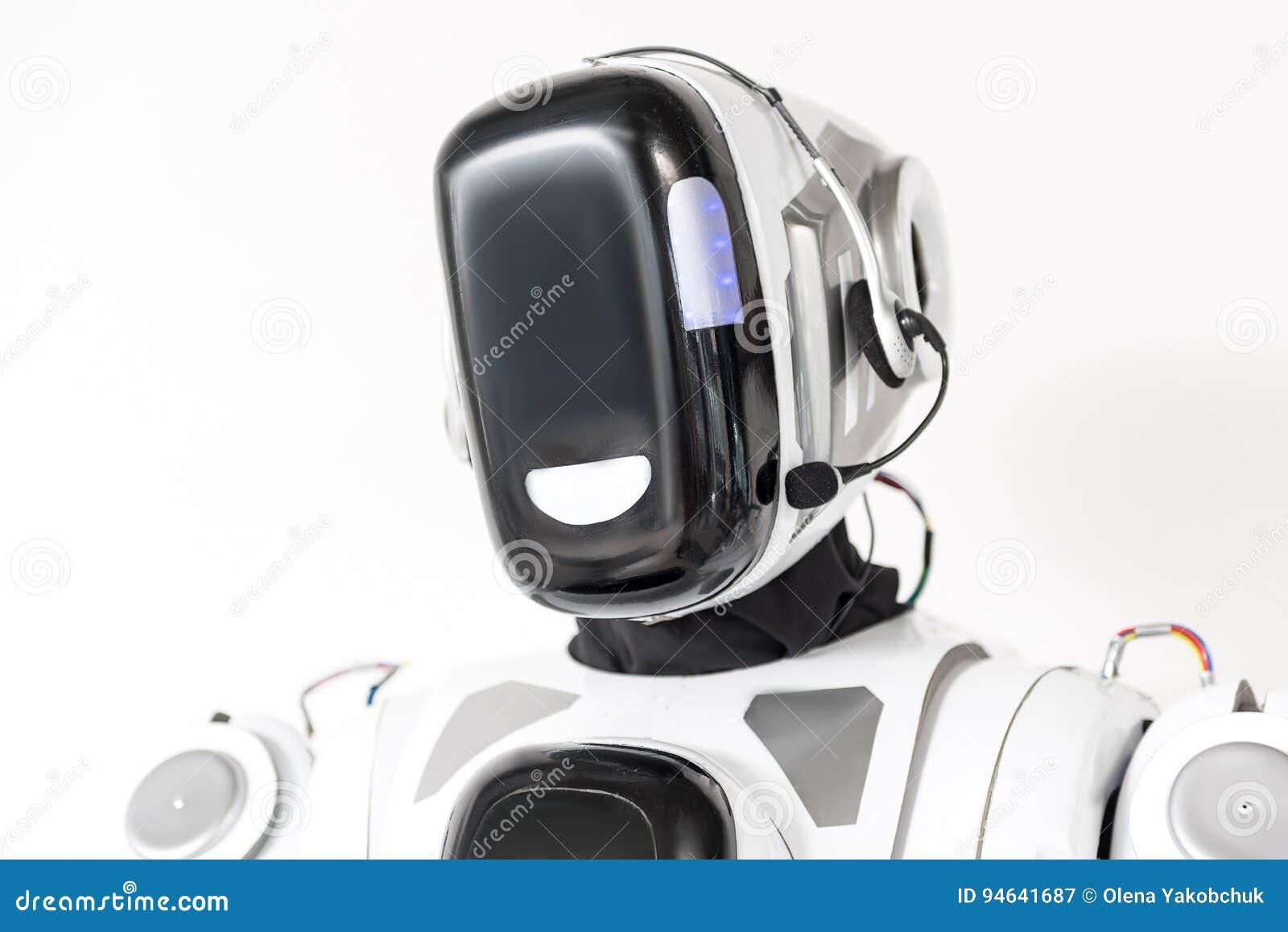 O robô grande está vestindo auriculares