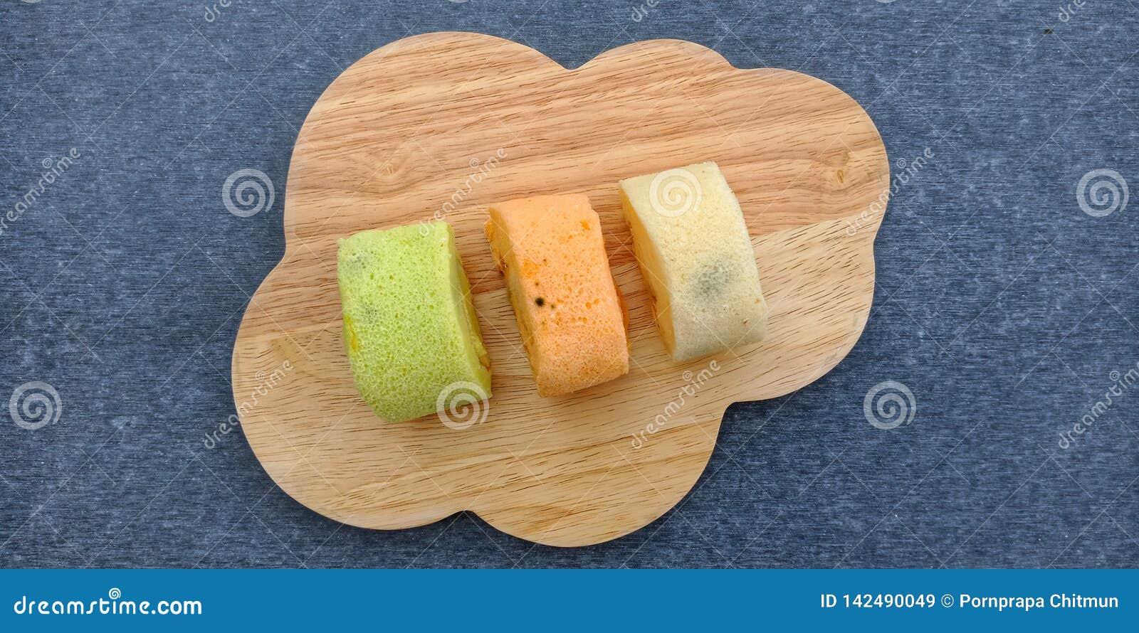 O rolo colorido do bolo de esponja ido mofado