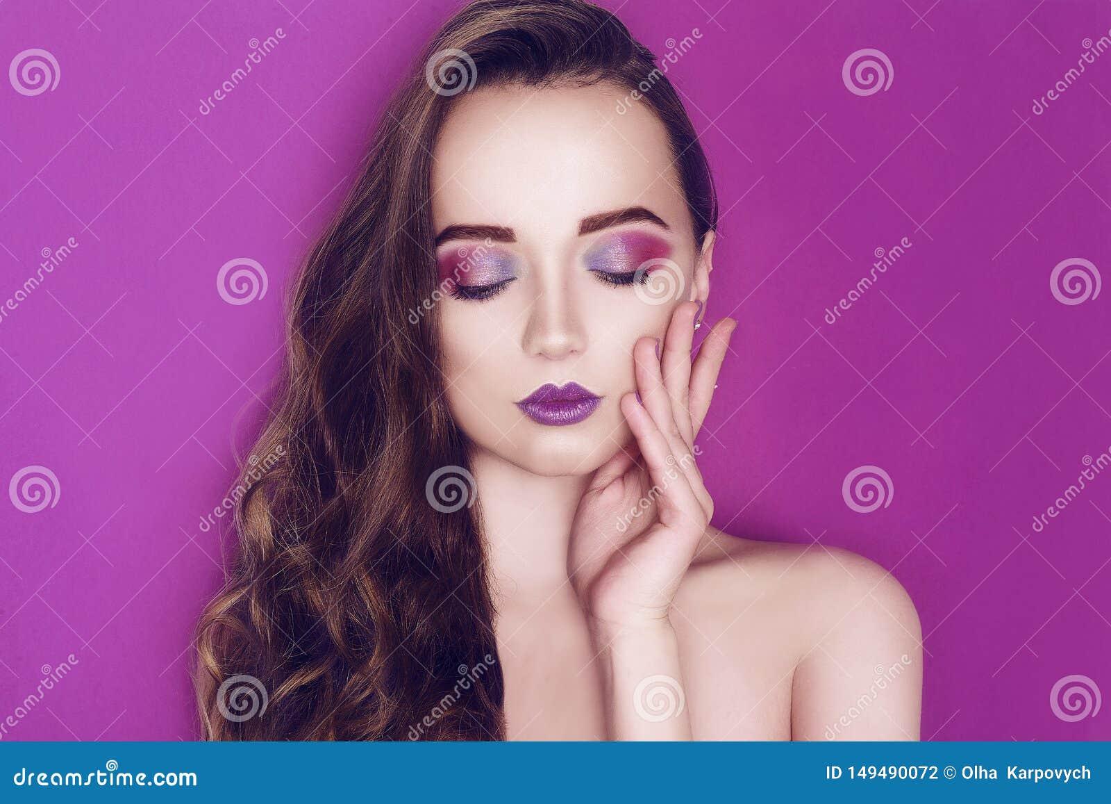 O rosa criativo e o azul da mulher do modelo de forma comp?em Retrato da arte da beleza da menina bonita com composi??o abstrata
