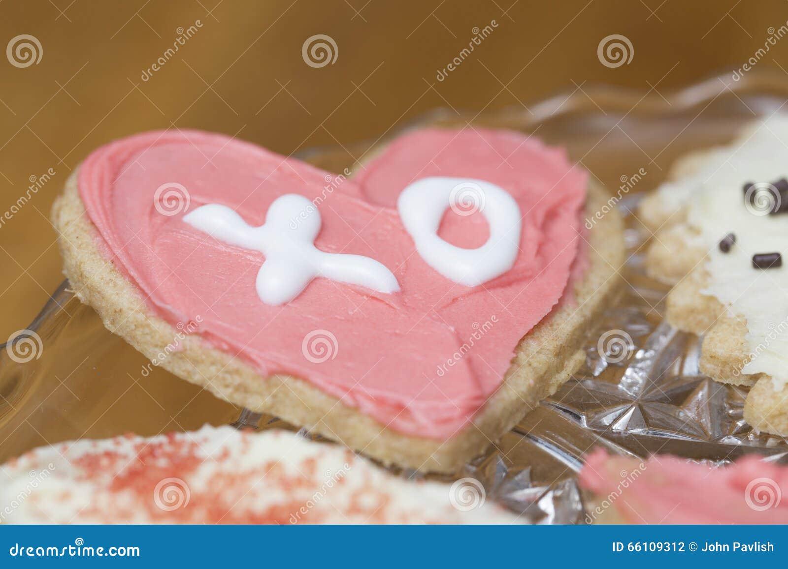 O rosa e o branco gearam a cookie do Valentim do coração com as letras X