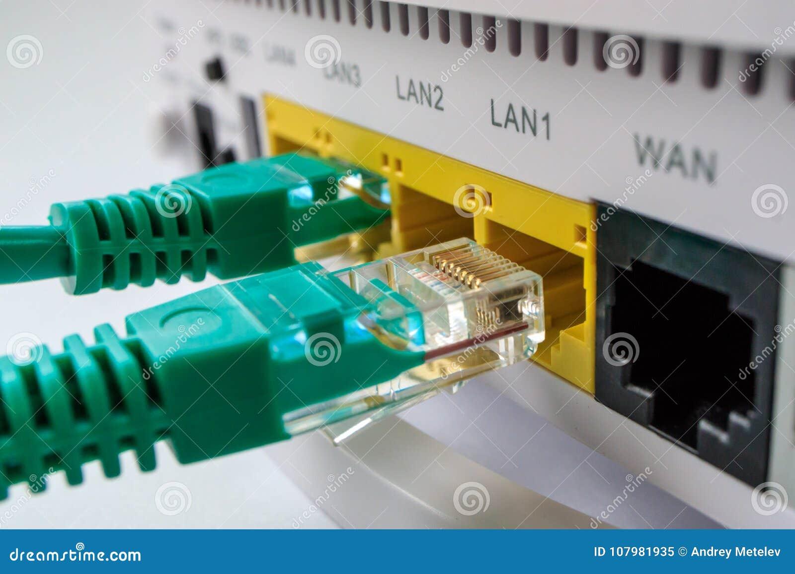 O roteador branco inclui dois conectores de cabo verdes rg45