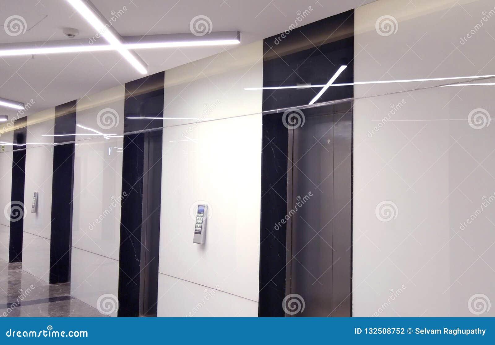 O rowof dos elevadores o complexo comercial