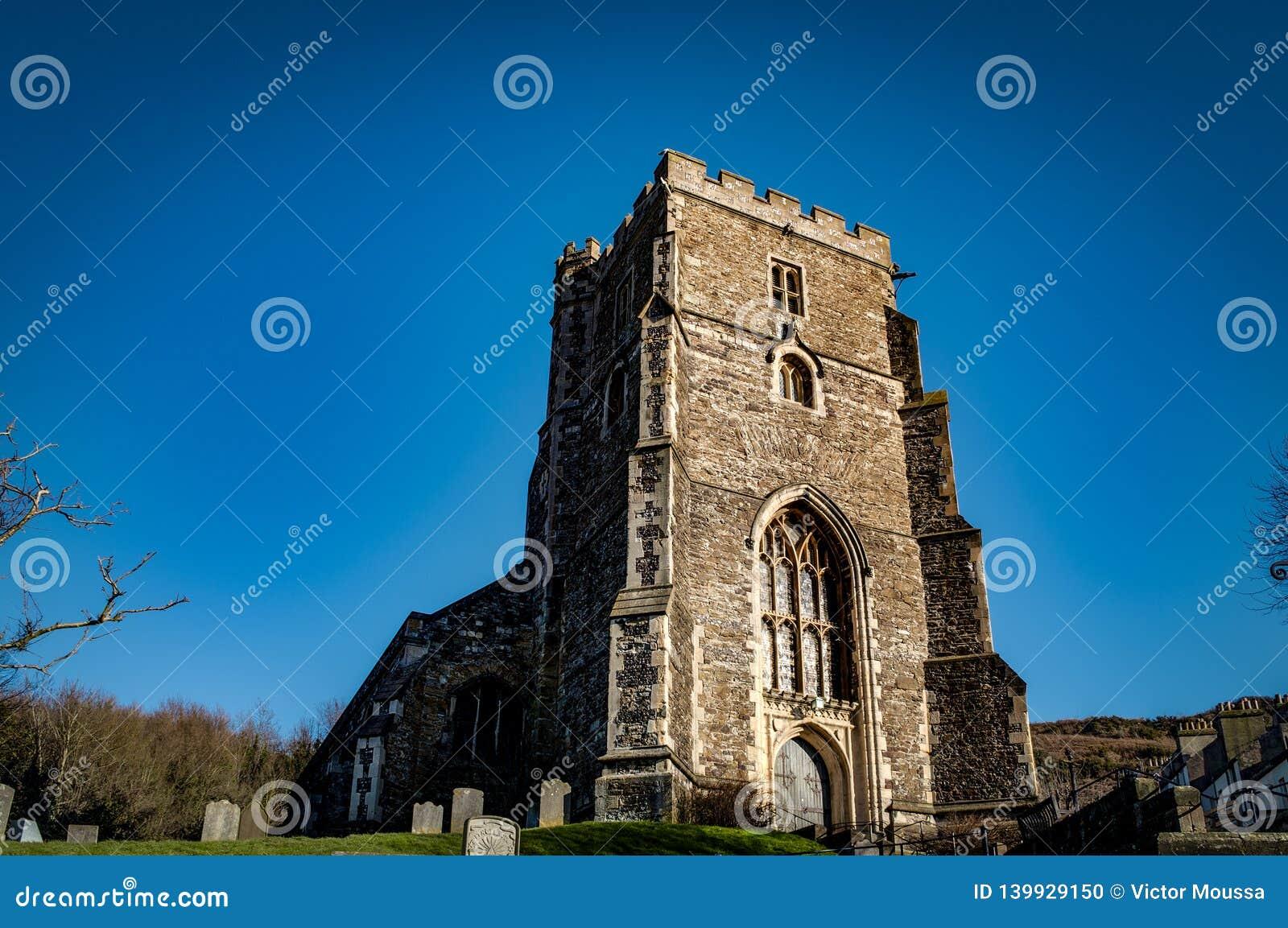O século XV toda a igreja anglicana de Saint, uma paróquia de pedra inglesa tradicional na cidade velha de Hastings, Sussex, Ingl