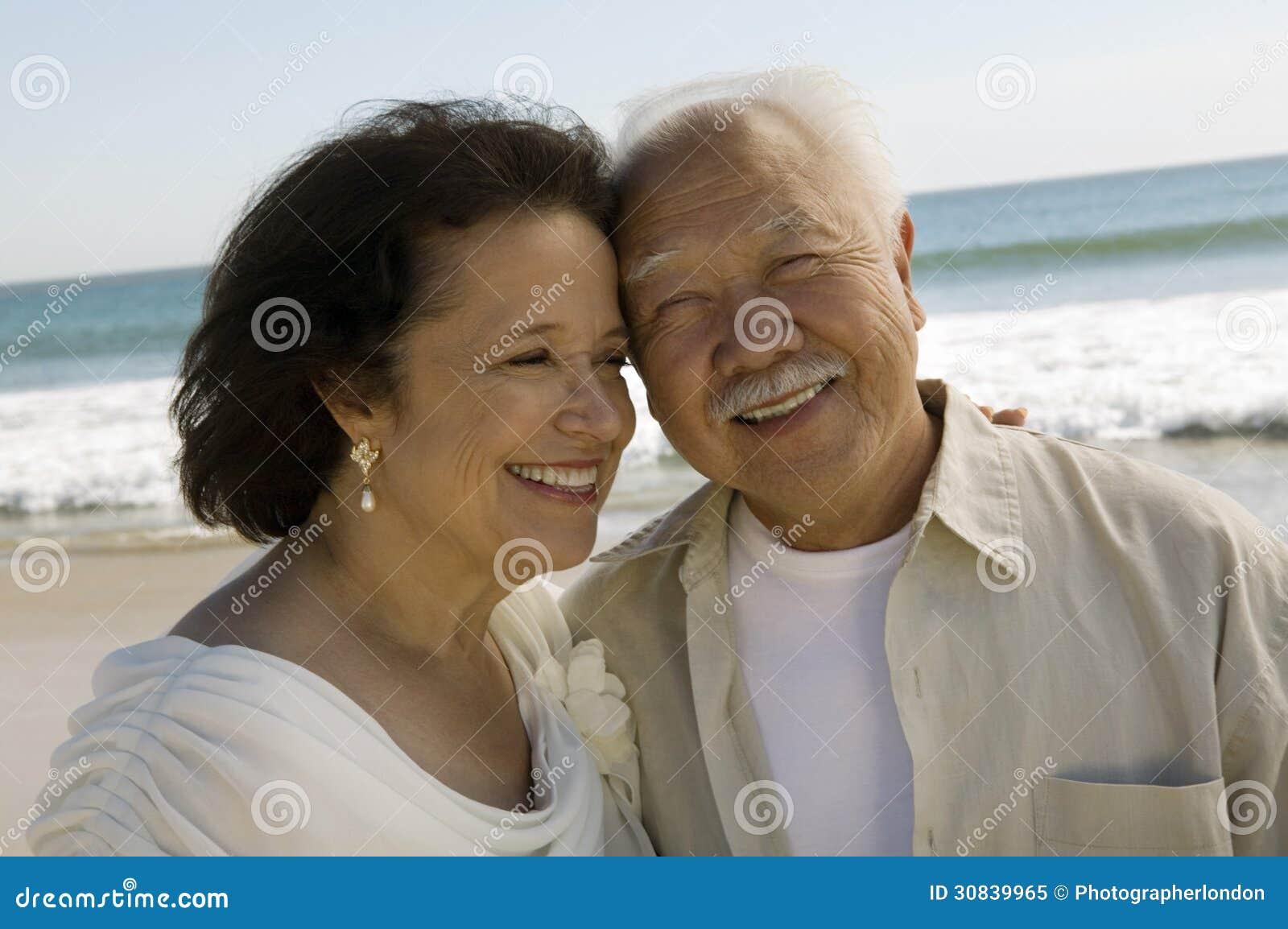 O sênior wed recentemente pares na praia (o close-up)