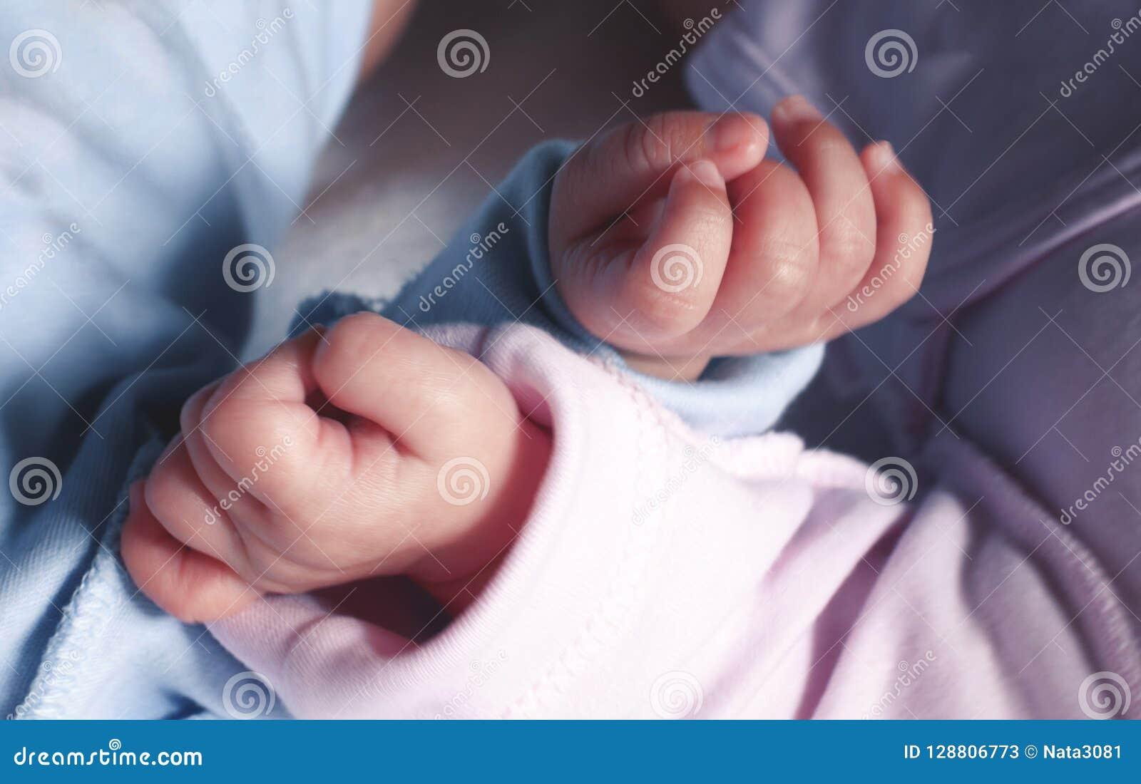 O ` s das crianças pequenas entrega próximo Conceito de família Apoio do irmão e da irmã junto Tonificação e borrão