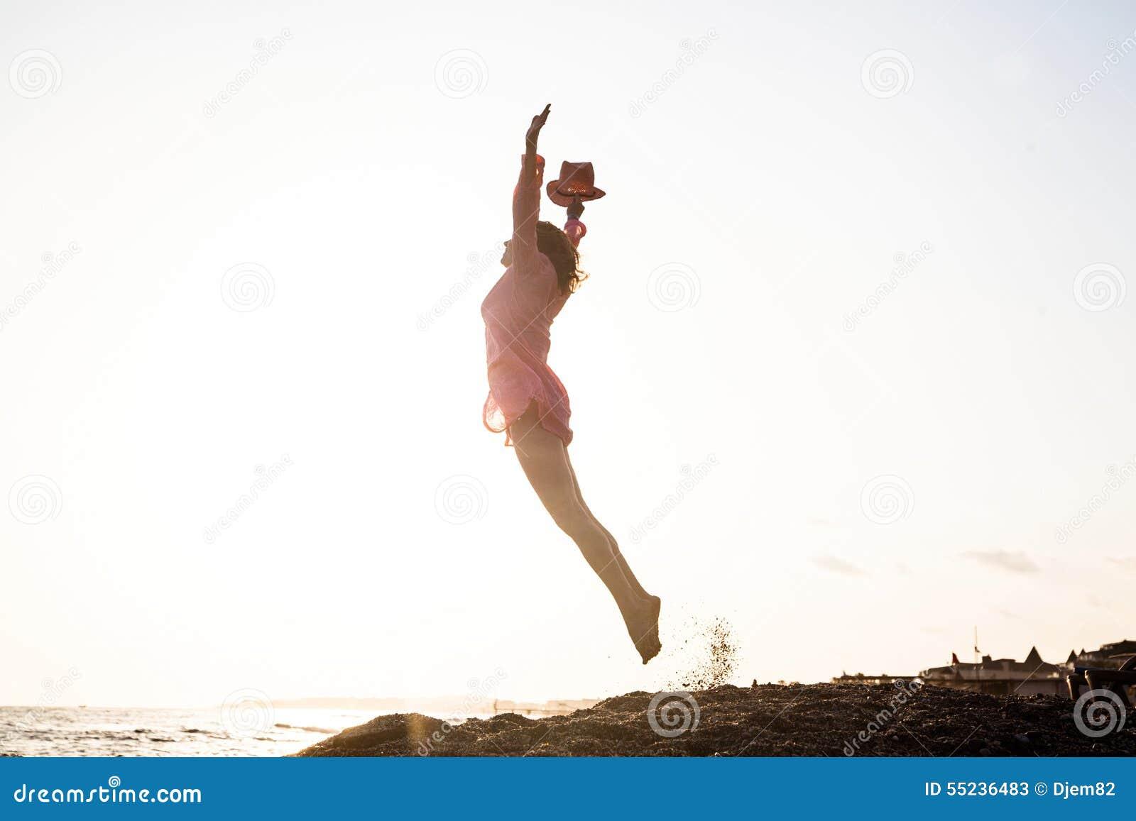 O salto da jovem mulher