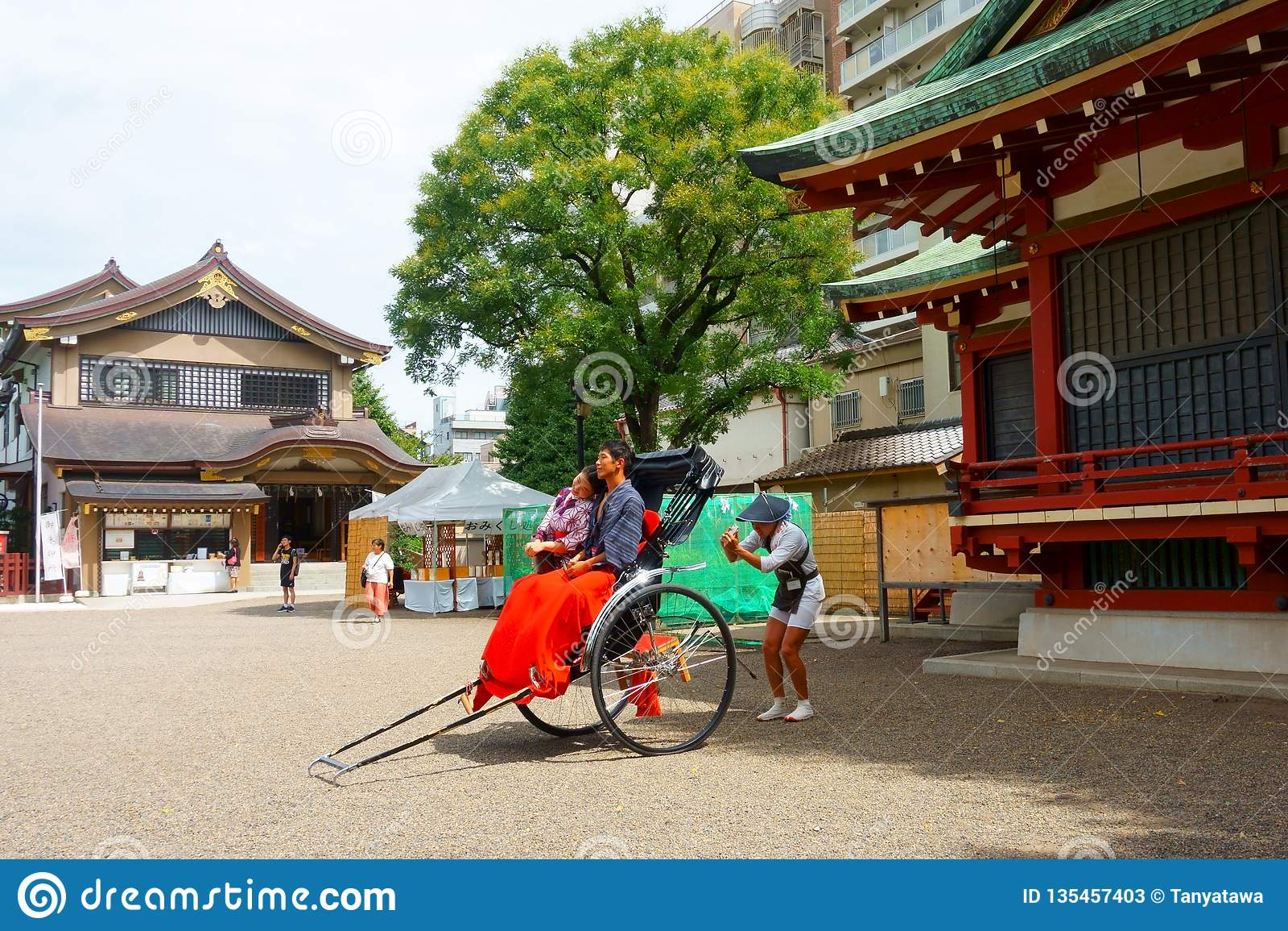 O santuário Asakusa-jinja de Asakusa é um santuário xintoísmo O guia do riquexó faz a foto Tradição e modernidade