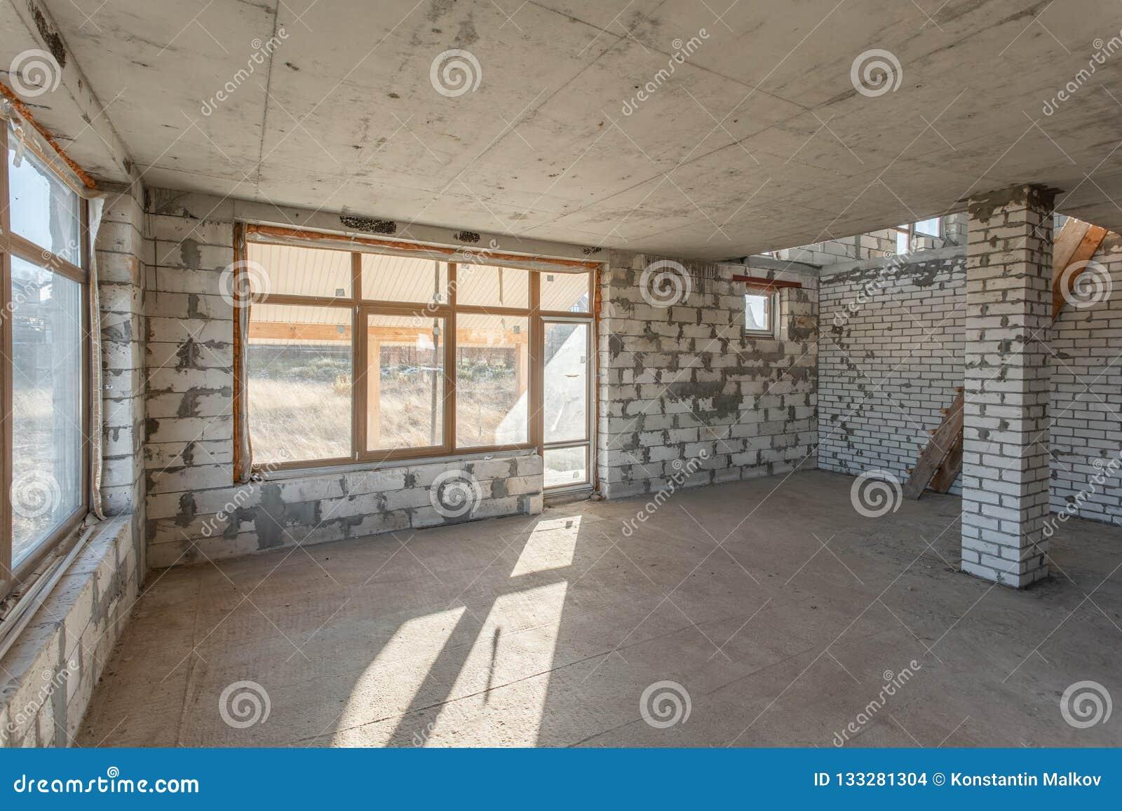 O segundo assoalho do sótão da casa revisão e reconstrução Processo de trabalho de aquecimento dentro da peça do telhado Casa