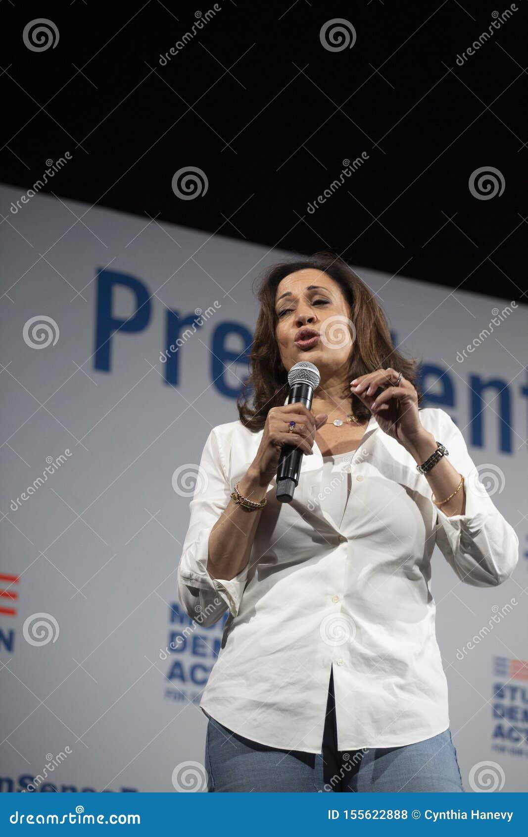 O senador Kamala Harris fala no fórum da segurança da arma, o 8 de agosto de 2019