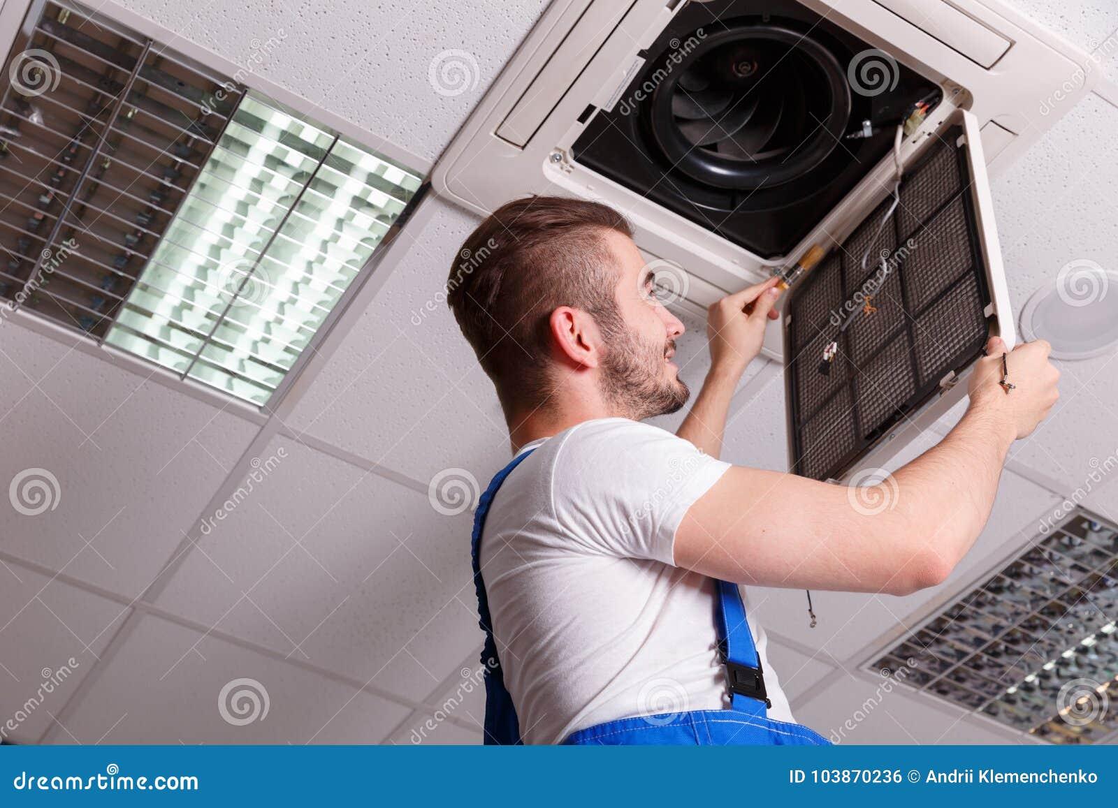 O serralheiro instala o sensor na tampa de ventilação