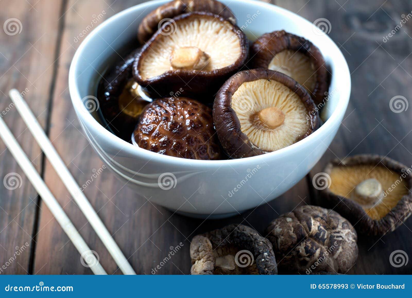 O shiitake embebendo dos cogumelos secados rehydrate