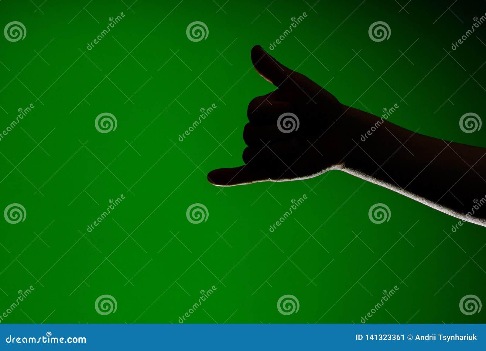 O sinal de mostras de um telefonema isolado one-handed em um fundo vermelho