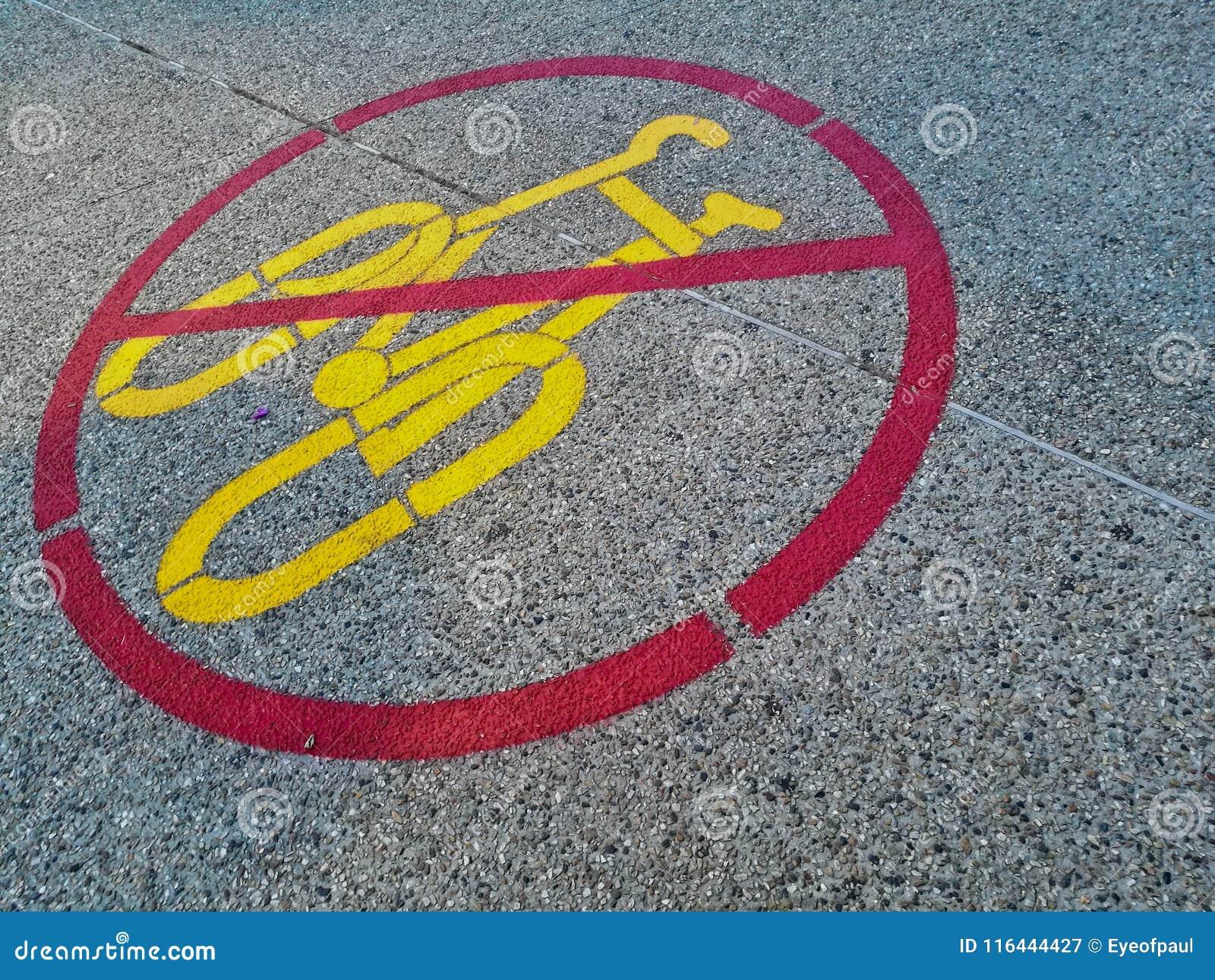 O sinal de nenhuma bicicleta é permitido marcado em uma estrada