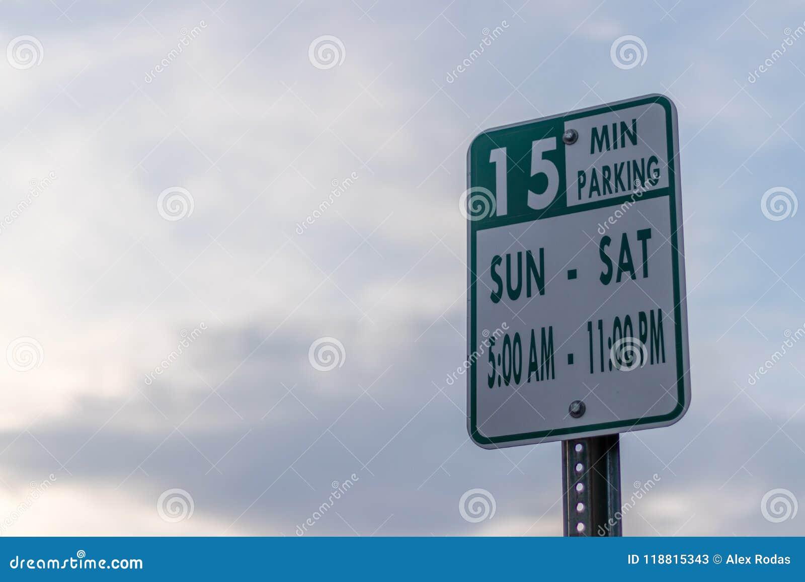 O sinal de rua do estacionamento com hora e dias ordena para estacionar