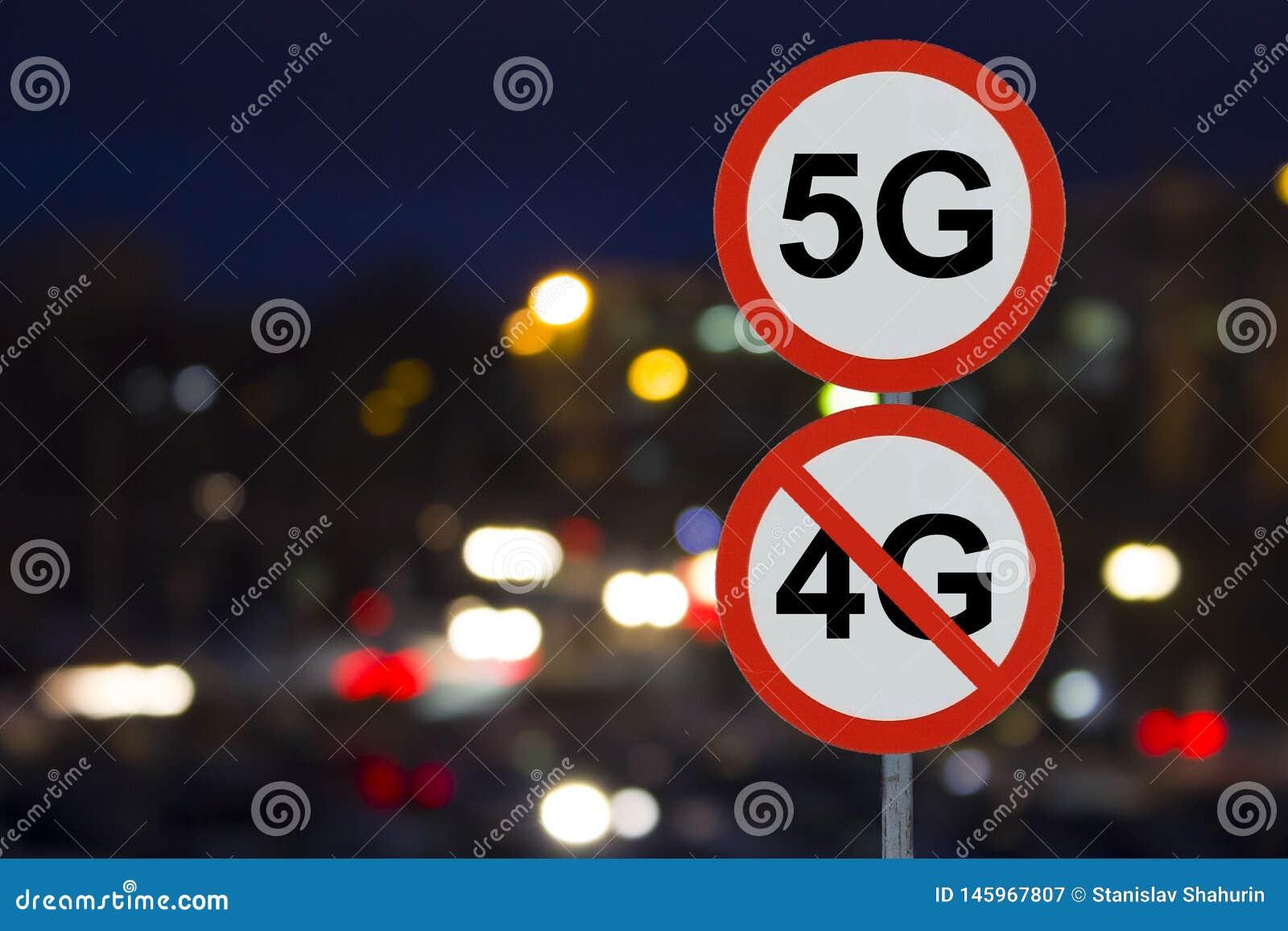 O sinal 5G nenhum 4G e a estrada da noite com carros