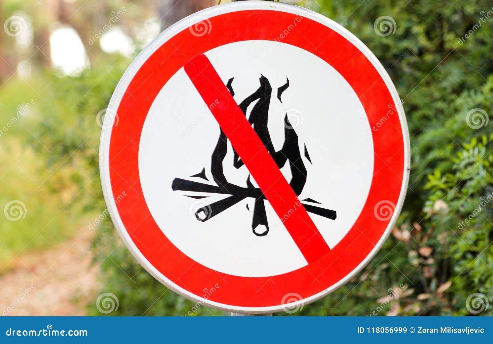 O sinal ou o símbolo nenhuma fogueira, não iluminam um fogo Nenhuma fogueira assina, na natureza pelo mar Nenhum sinal da chama a
