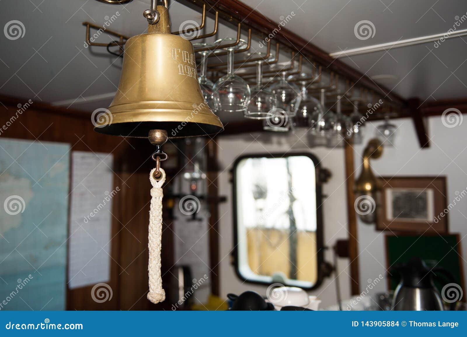 O sino de Ship- usado para chamadas diferentes, como chamadas dos avisos para refeições e alerta da fatura se há qualquer coisa