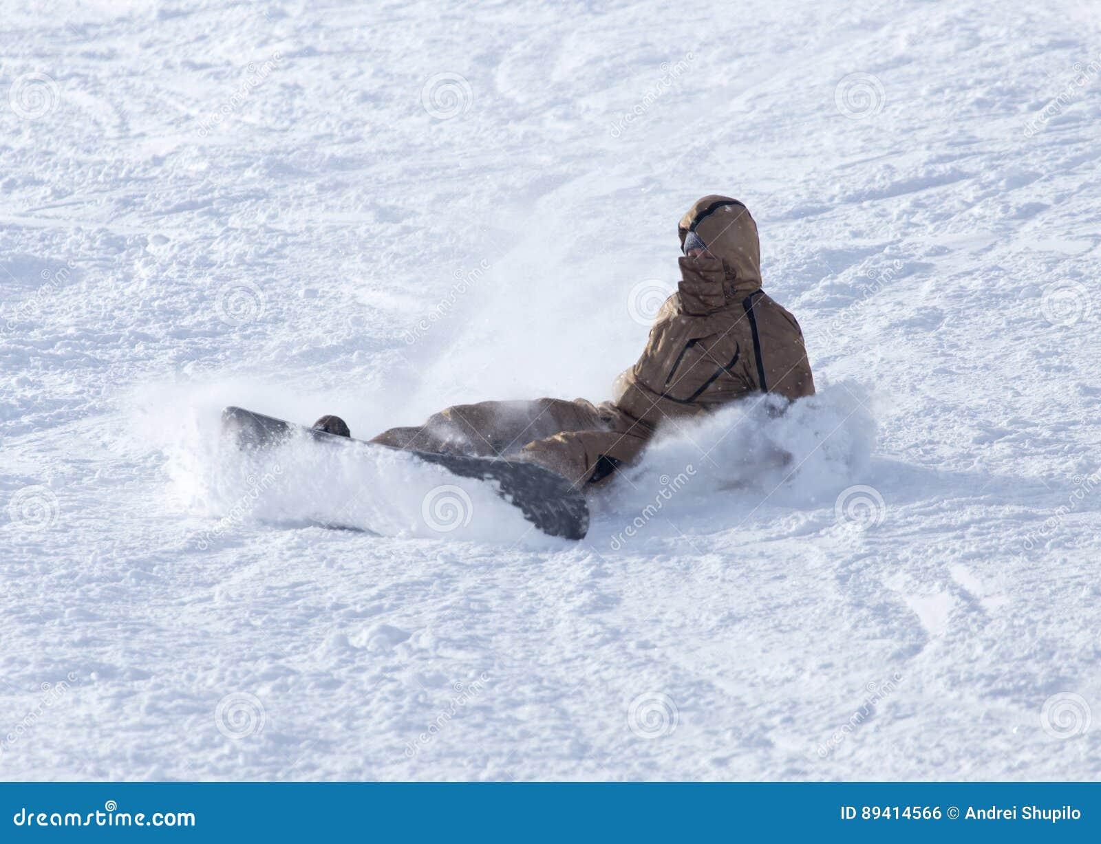 O Snowboarder caiu na neve