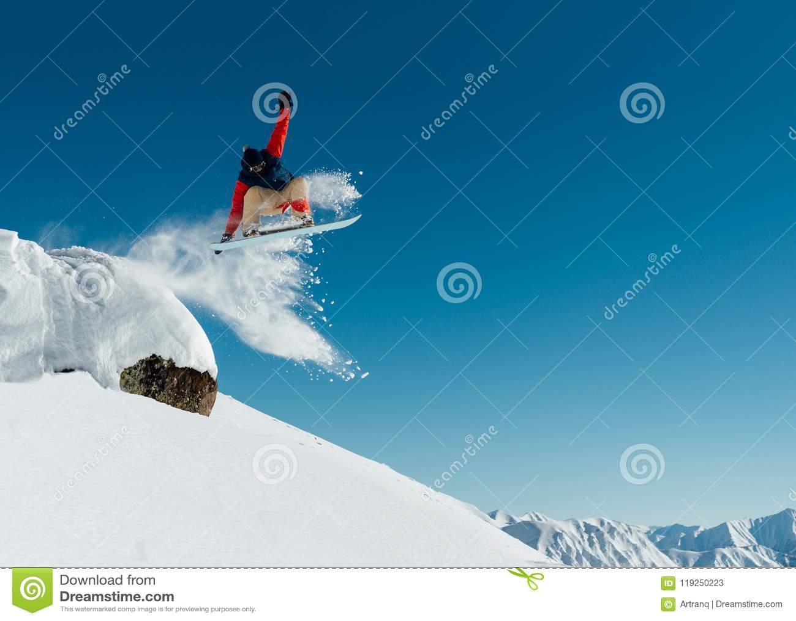 O Snowboarder no equipamento deixa cair fora a borda da pedra Ontário