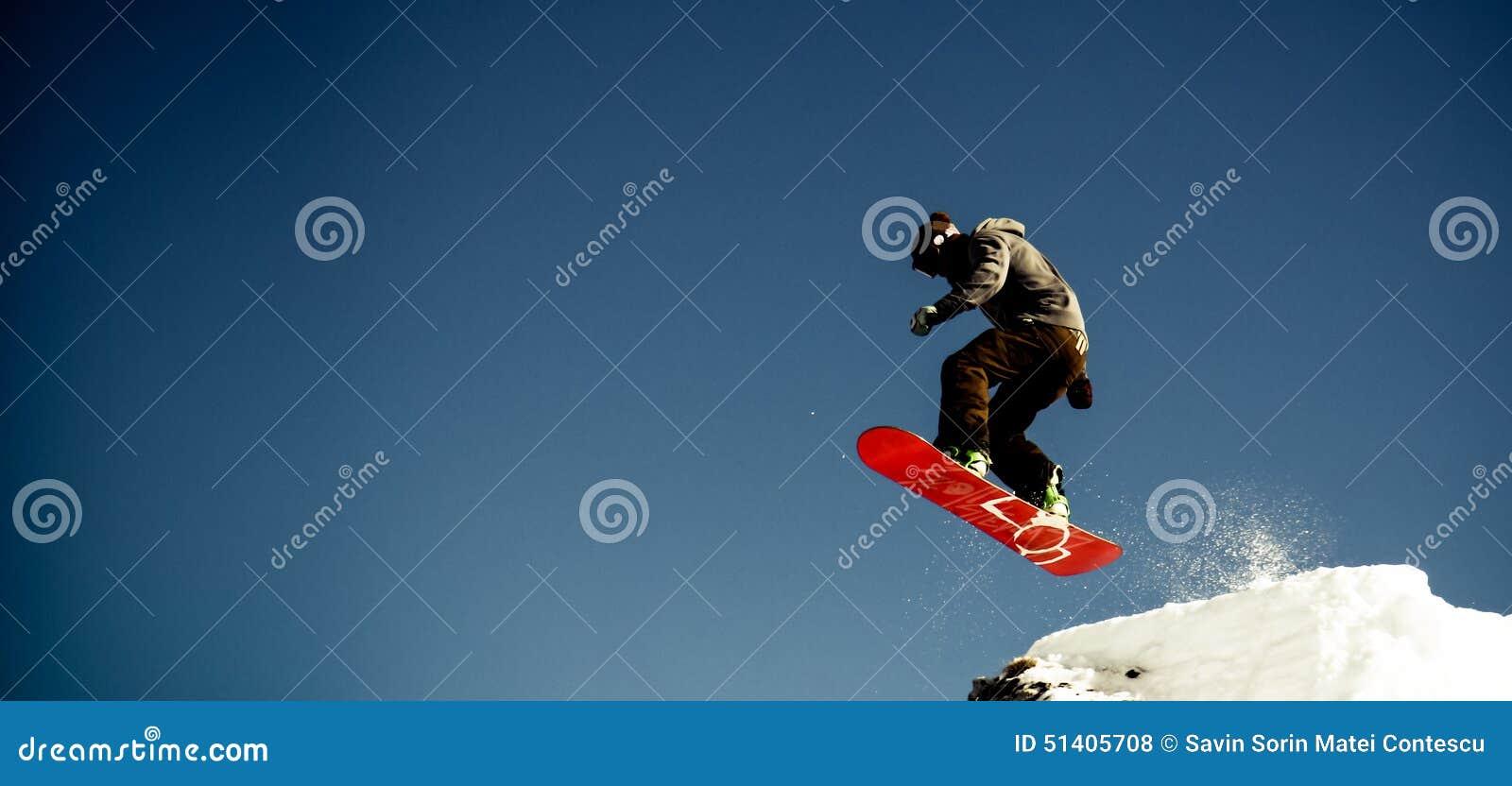 O Snowboarder salta