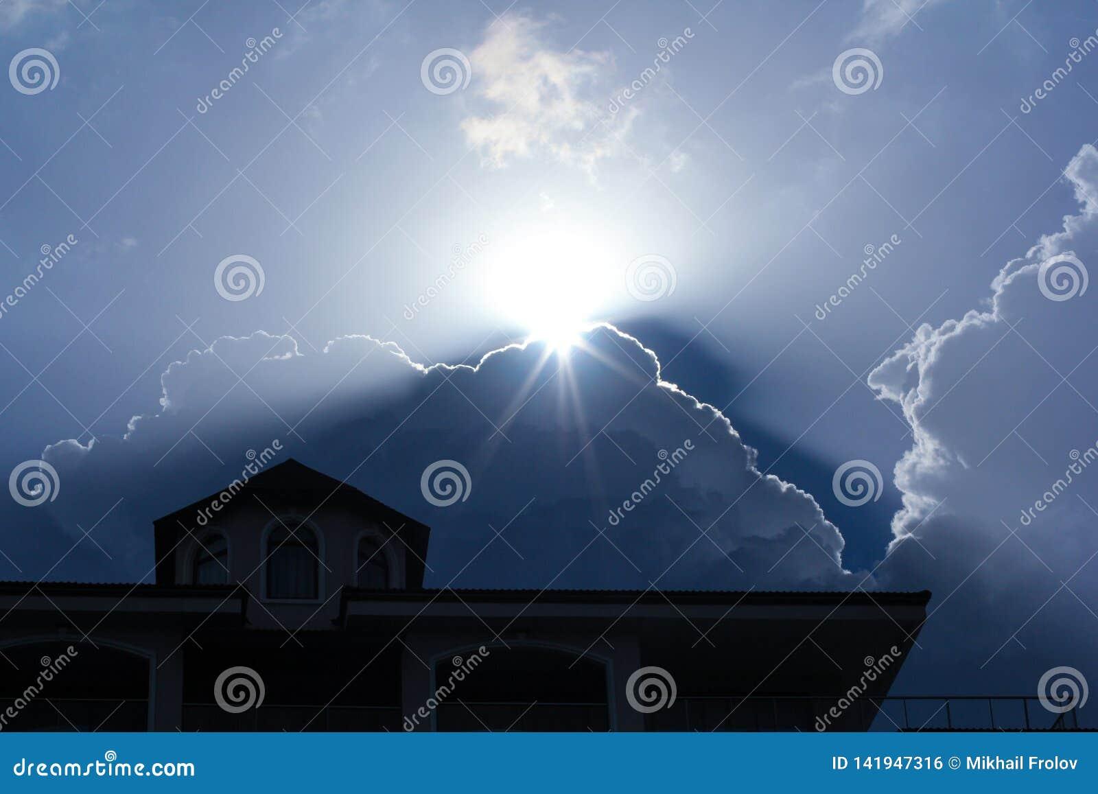 O sol está aumentando atrás da nuvem