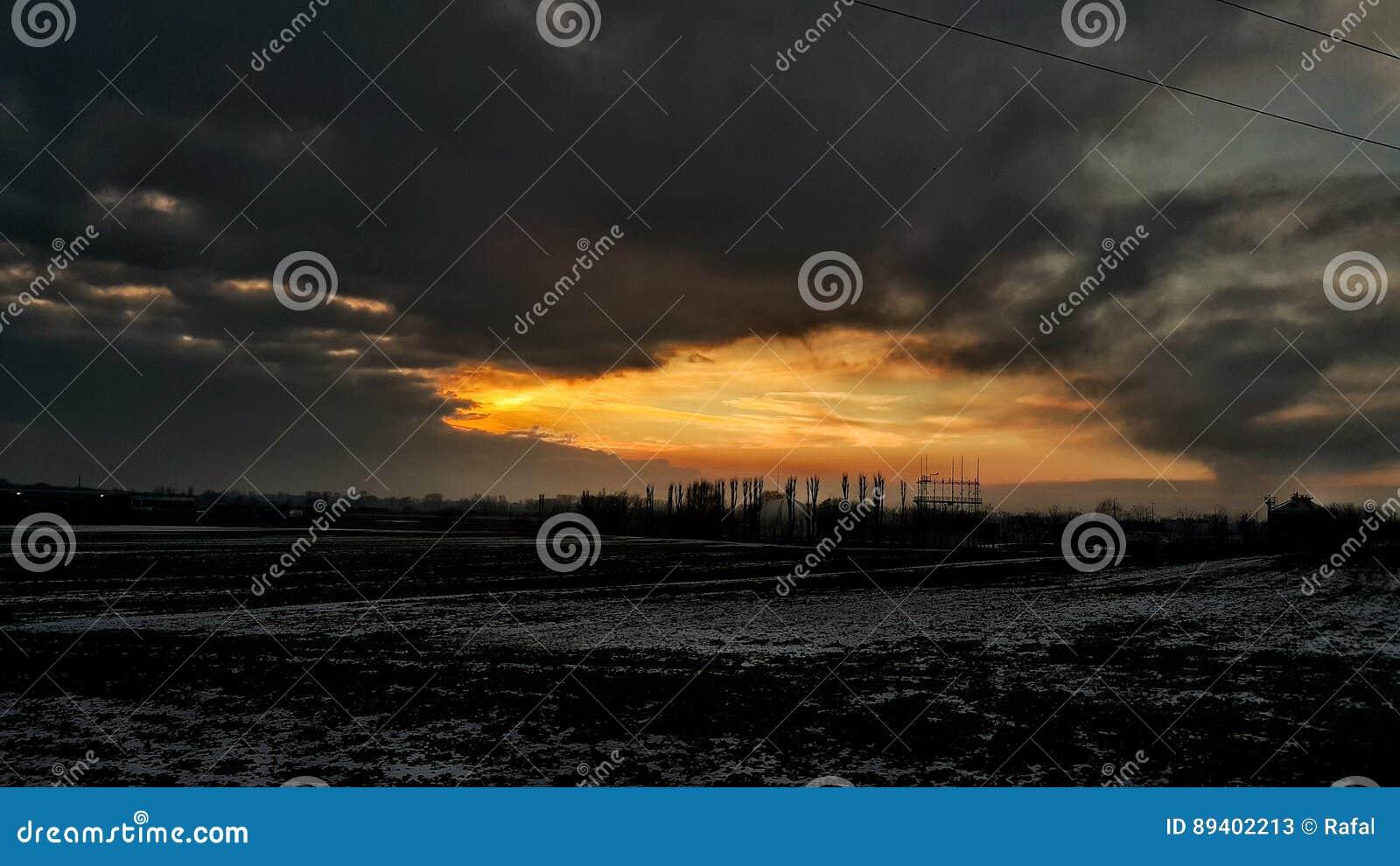 O sol nubla-se o inverno de poland do por do sol