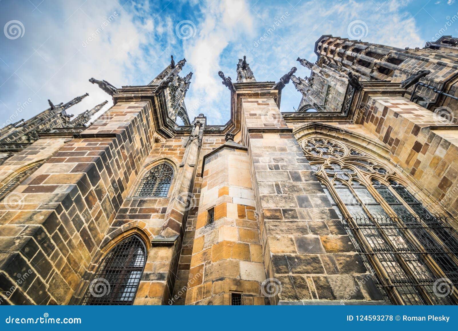 O St Vitus Cathedral no castelo de Praga no verão, República Checa