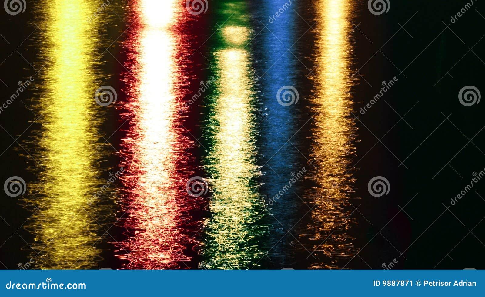 O sumário colorido da noite ilumina reflexões no lago