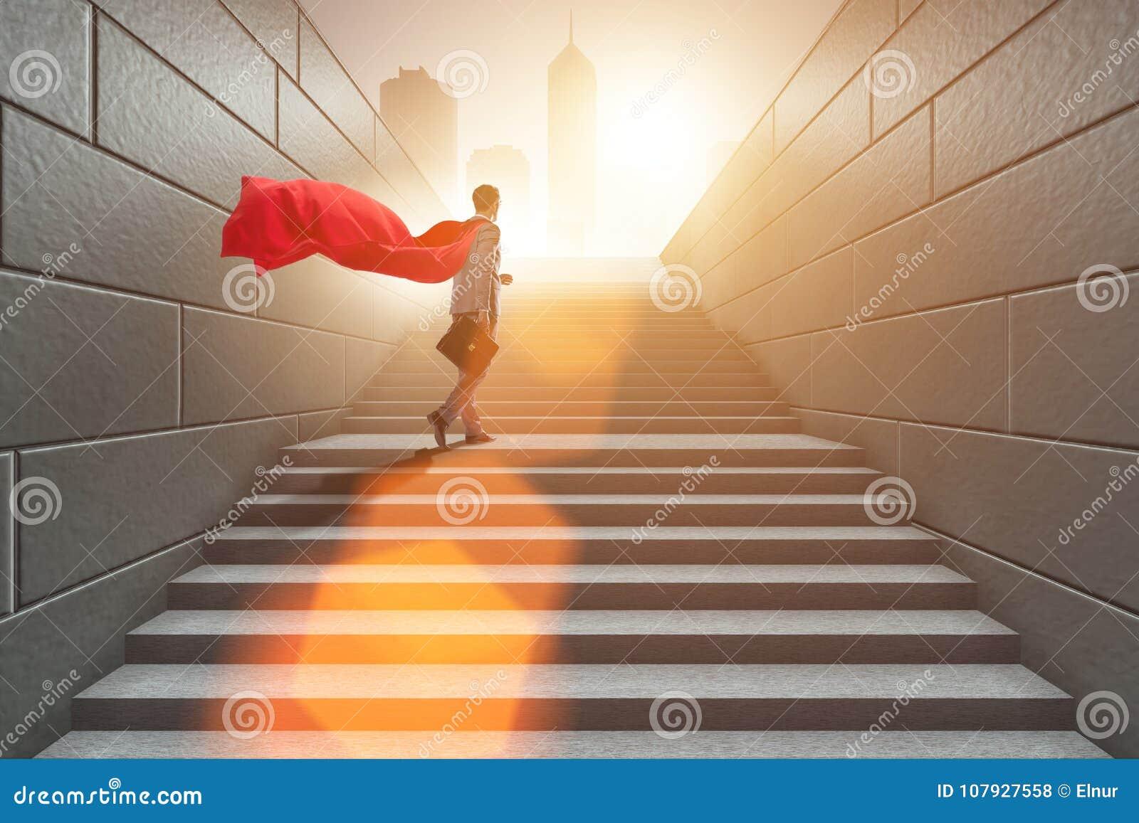 O super-herói do homem de negócios bem sucedido no conceito da escada da carreira