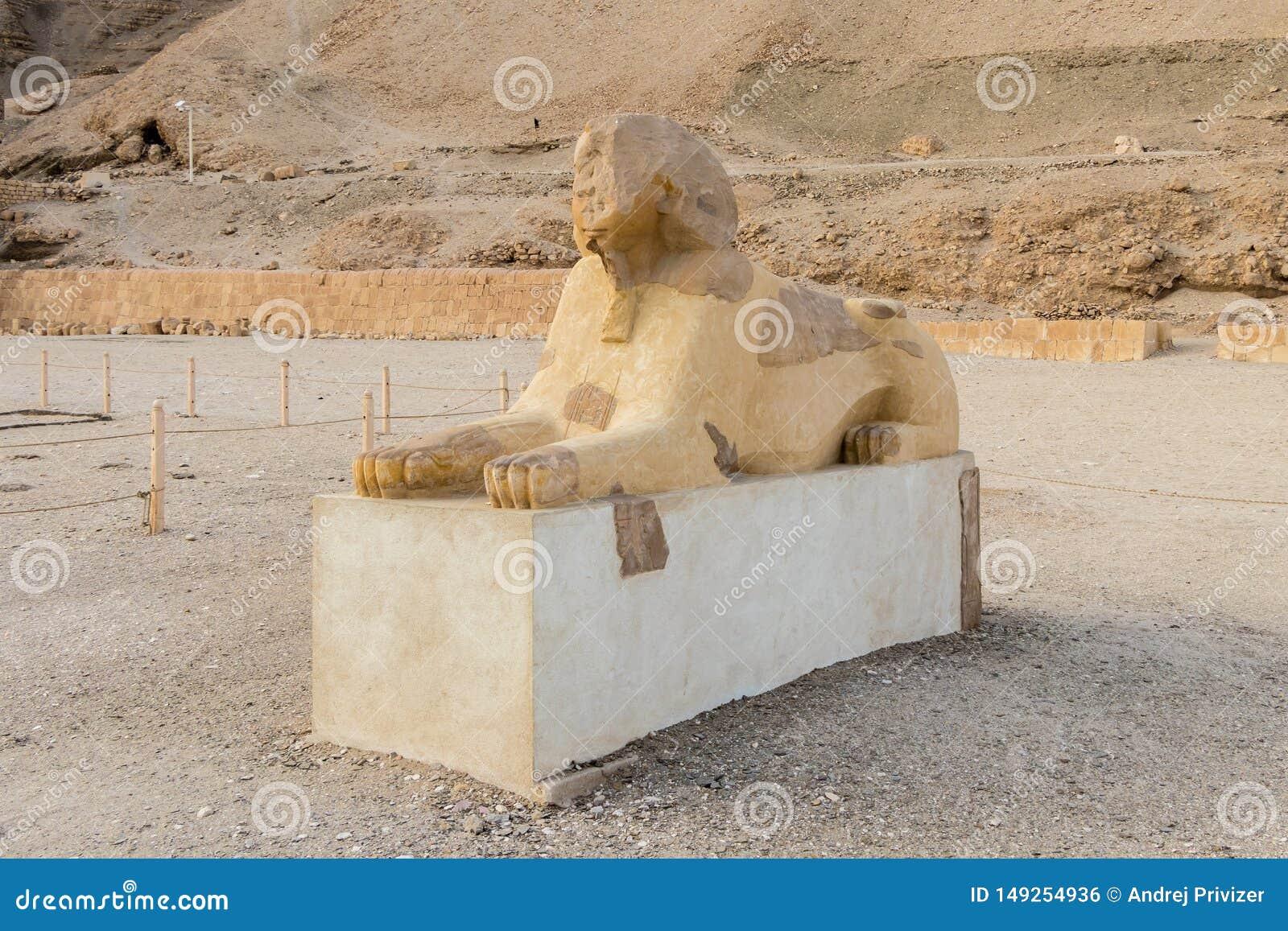 O suporte da esfinge na entrada do grande templo da rainha Hatshepsut em Luxor