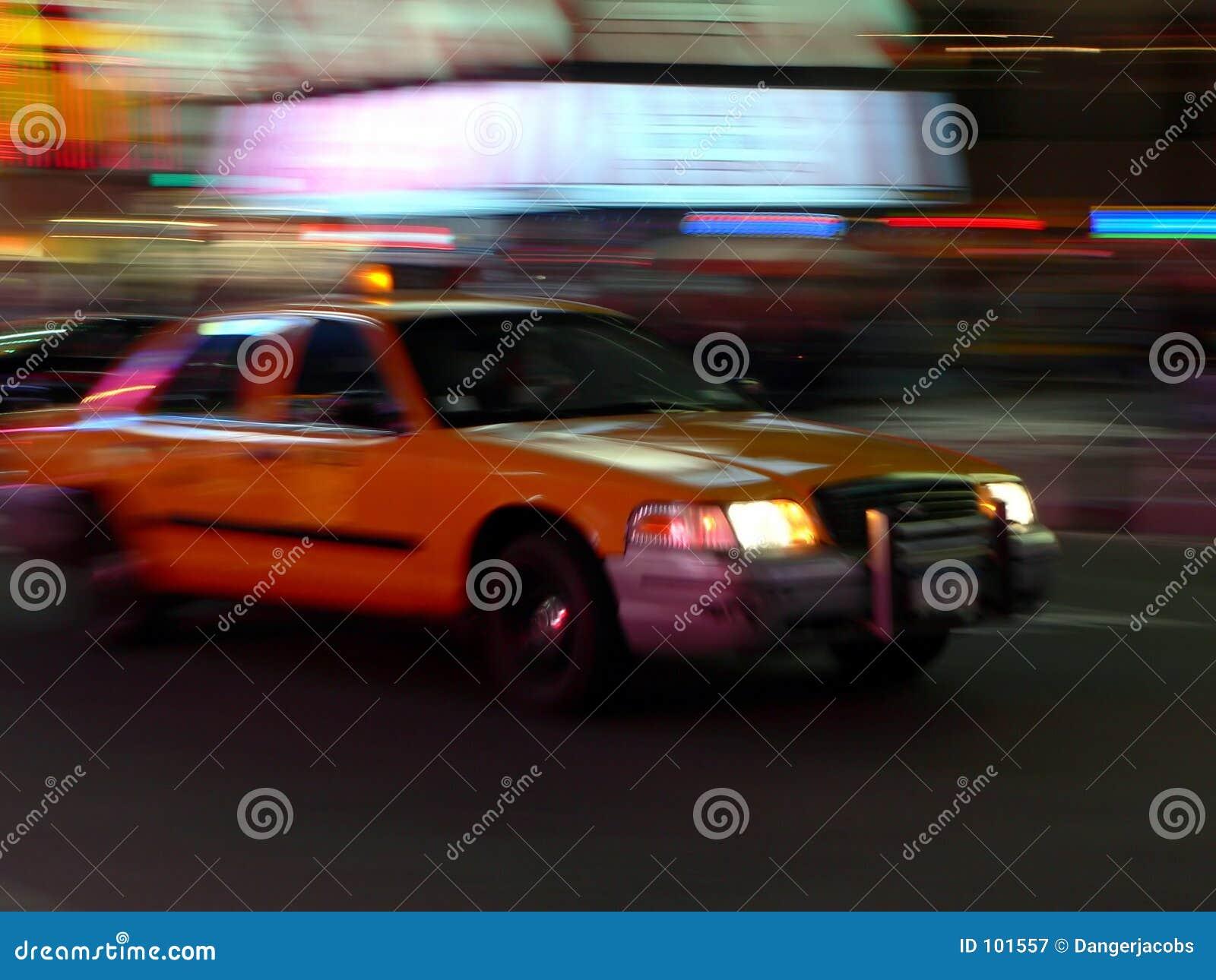 O táxi apressa-se abaixo da rua
