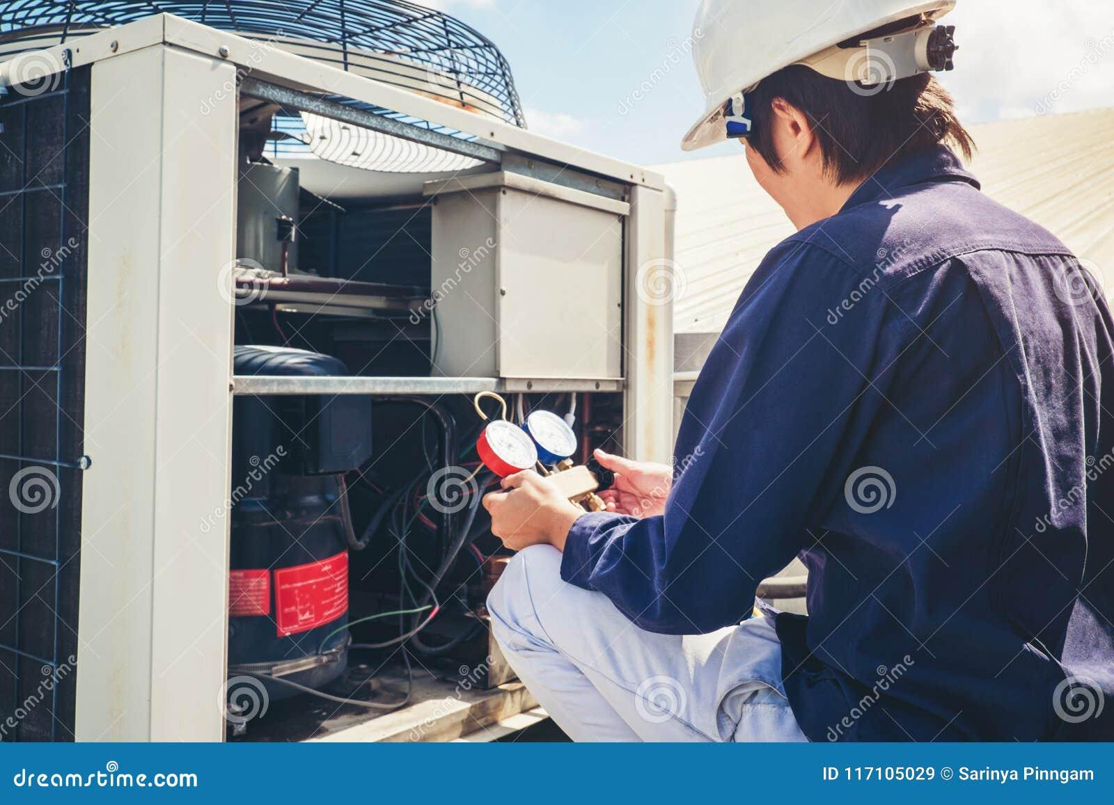 O técnico está verificando o condicionador de ar