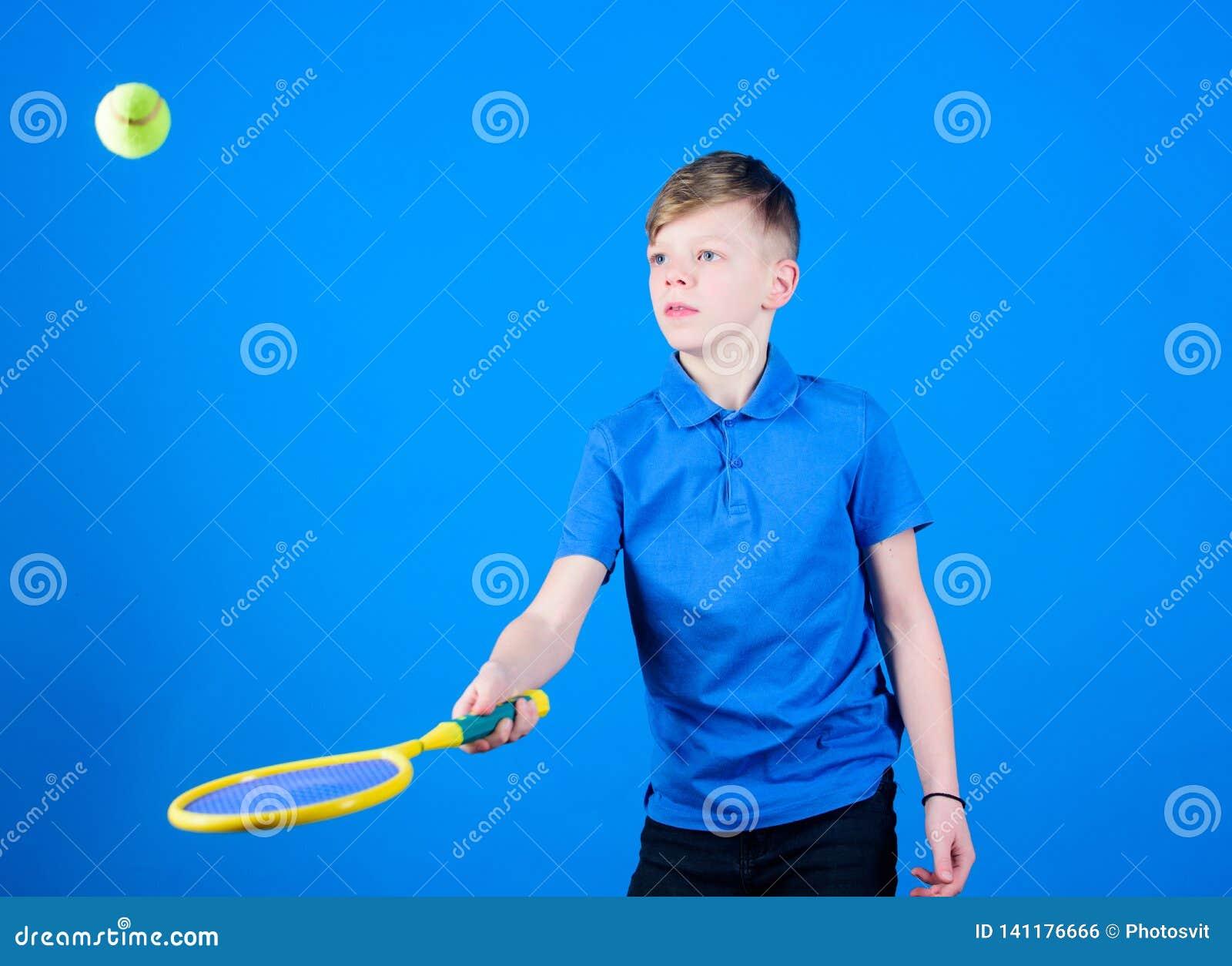 O tênis é divertimento Exercício do Gym do menino adolescente Little Boy A dieta da aptidão traz a saúde e a energia Jogador de t