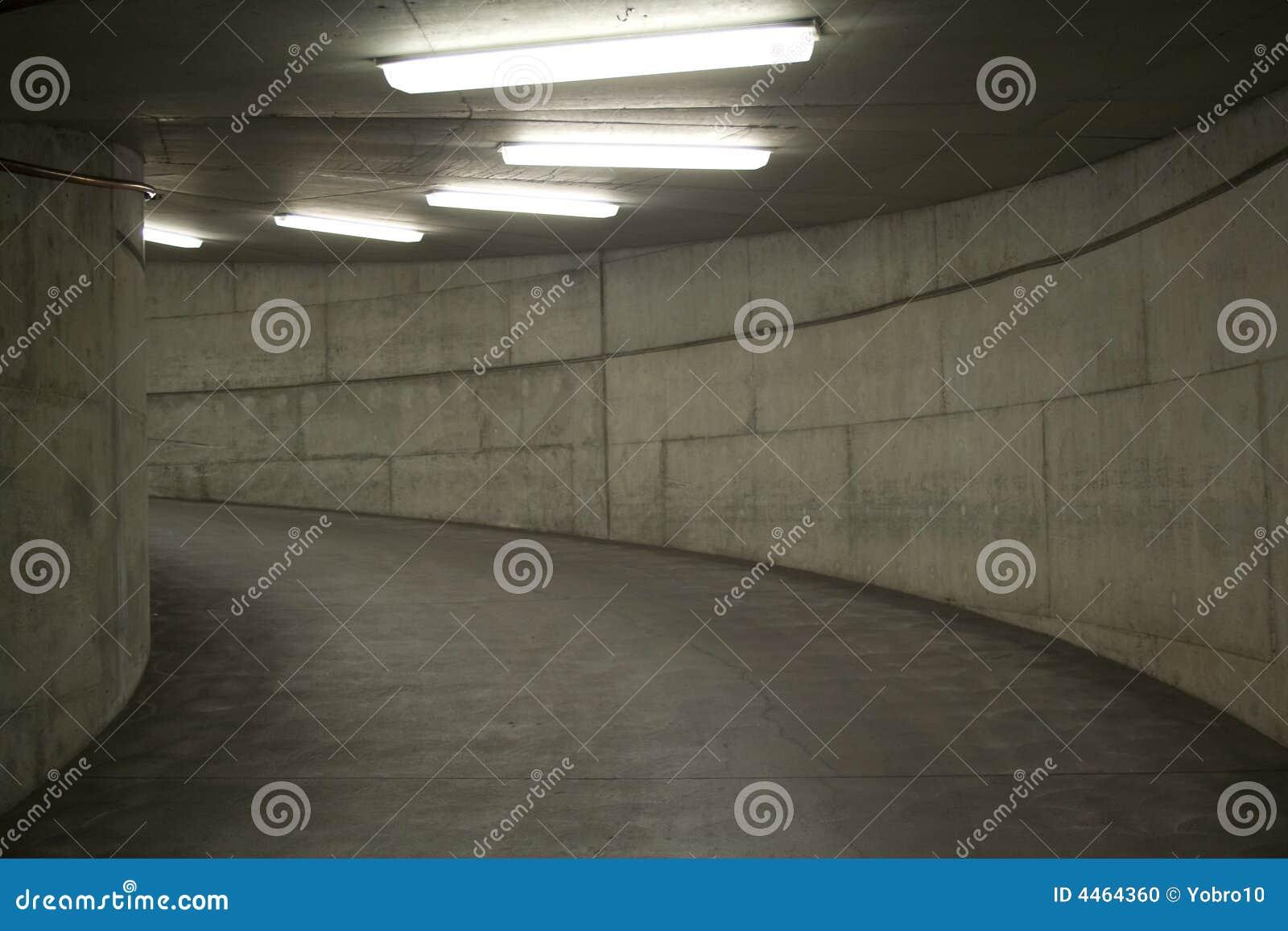 O túnel ilumina-se (a garagem de estacionamento)