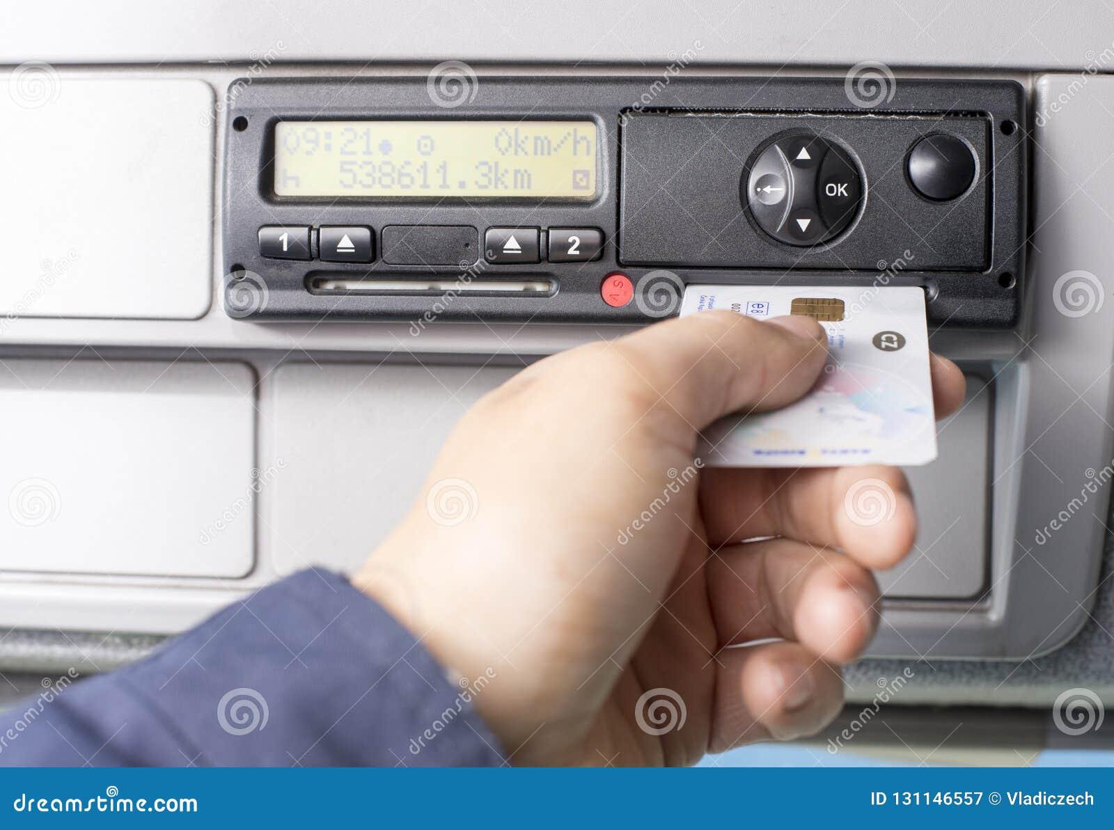 O taqueômetro e os motoristas de Digitas entregam a introdução do cartão digital no entalhe para o segundo motorista